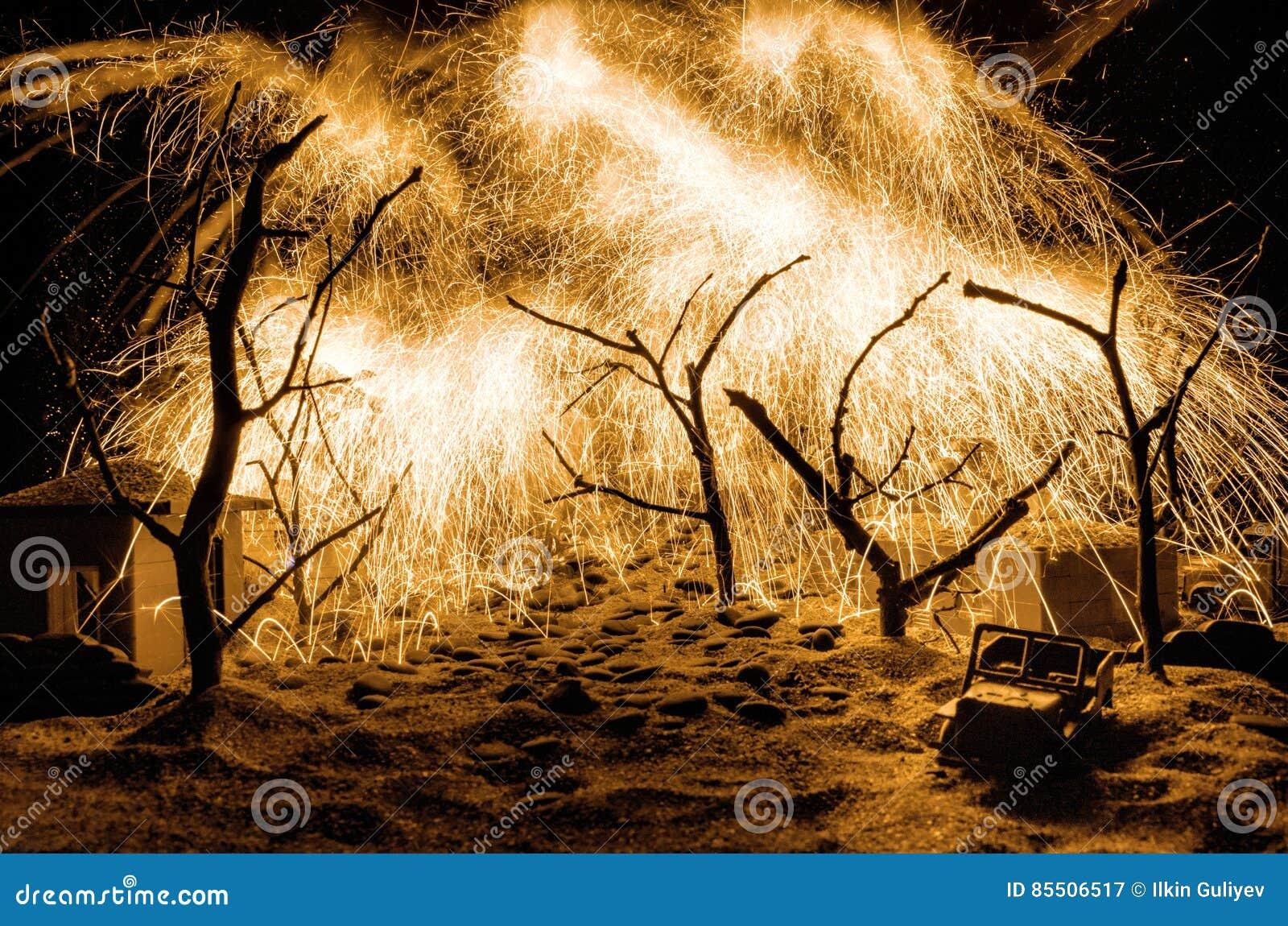Forest Fire, brennender Baum des verheerenden Feuers in der roten und orange Farbe nachts Auf Tischschmuck mit Feuerwerksbaumaste