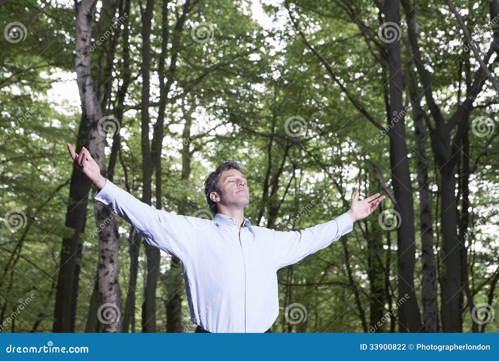 Foresta spensierata di Standing Alone In dell uomo d affari