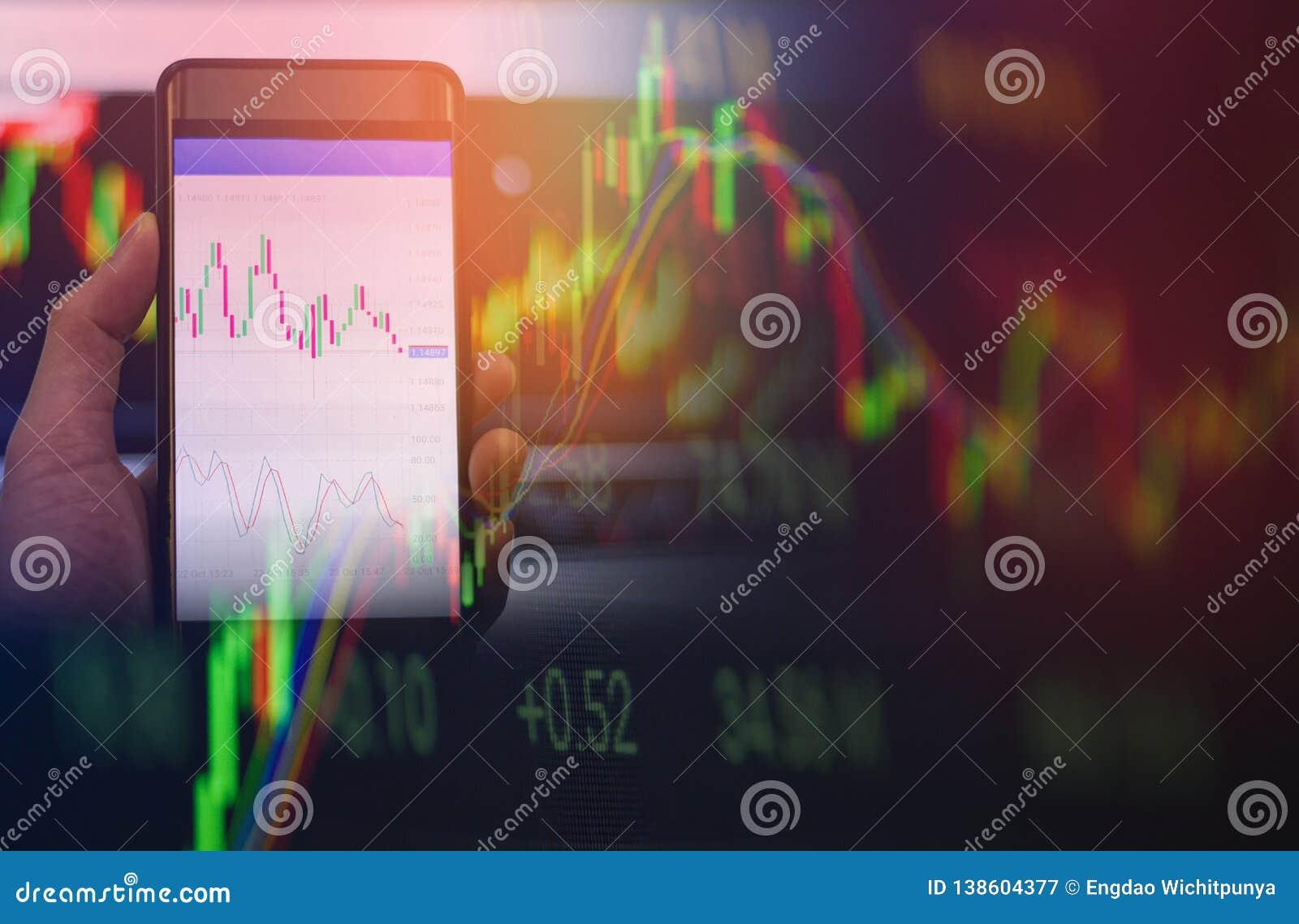 Forex för handel för affärsmanbrukssmartphone eller skärm för data för bräde för börsmarknad direktanslutet som är mobil i hand