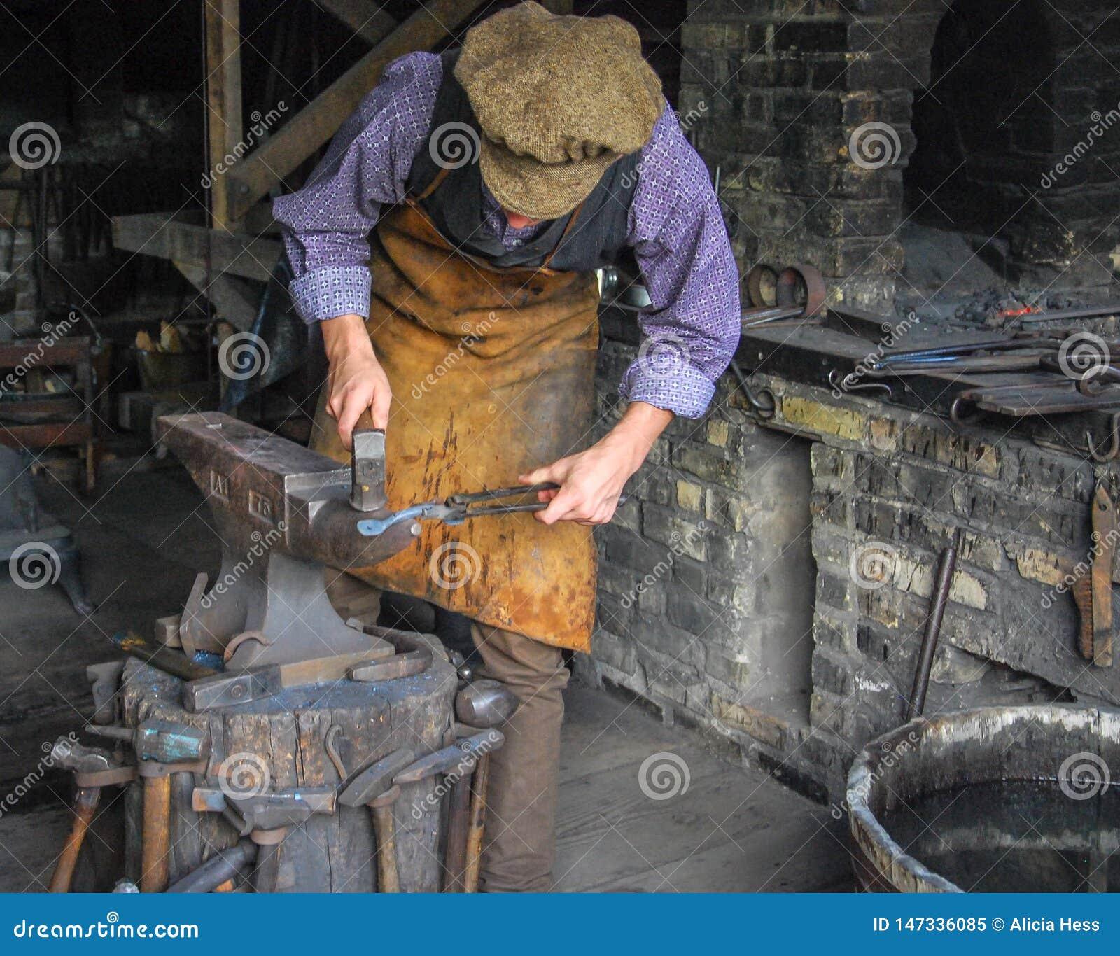 Forgeron dans le fonctionnement de costume de l époque au Vieux Monde le Wisconsin