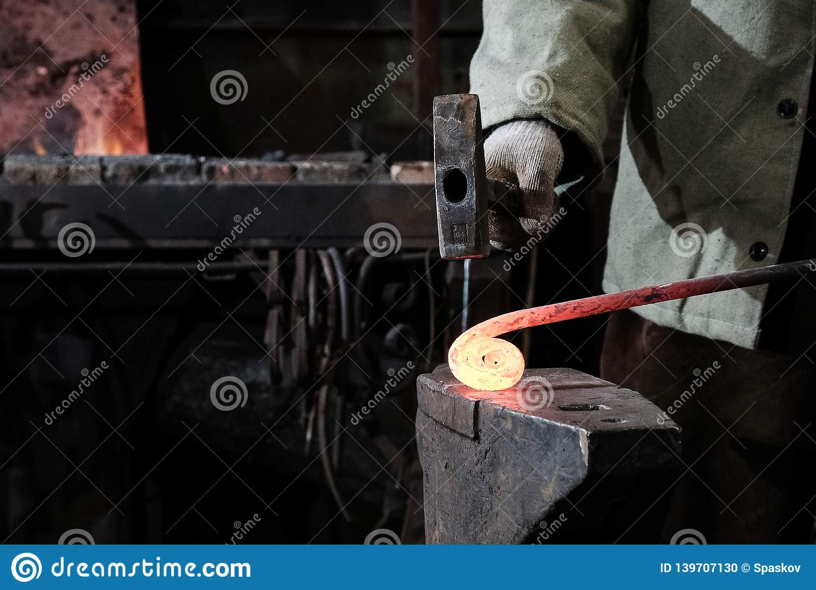 Forja, oficina da produção Ferramentas do ferreiro e metal quente