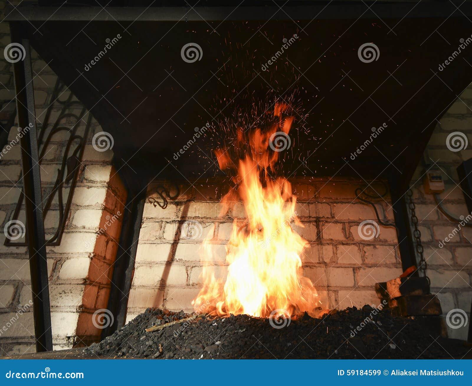 Forje o fogo no ferreiro onde as ferramentas do ferro crafted