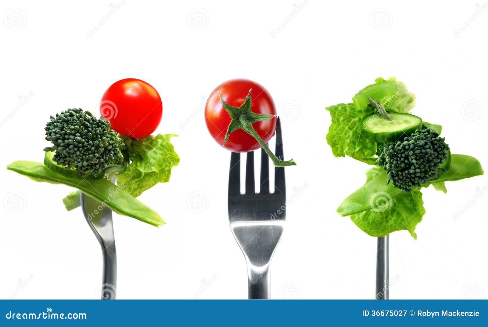 Forkfuls de la comida sana sobre blanco