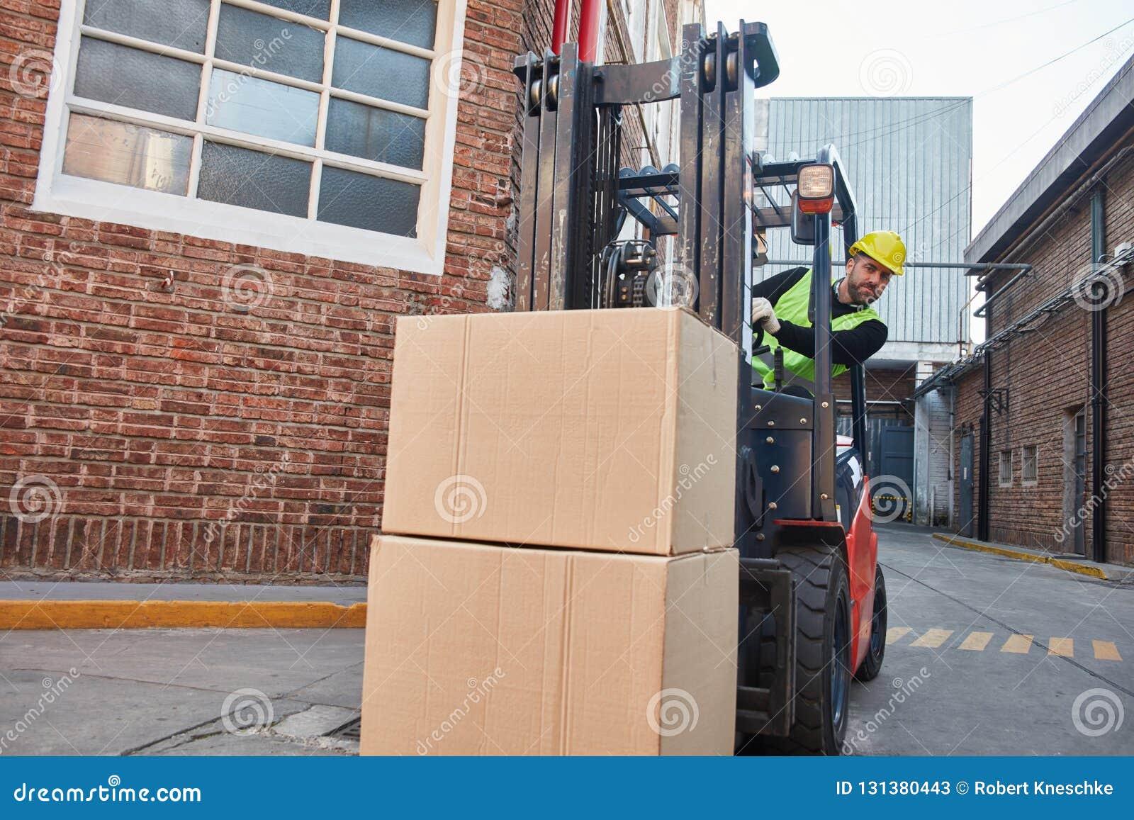 Forklift μετέφερε τις συσκευασίες φορτίου