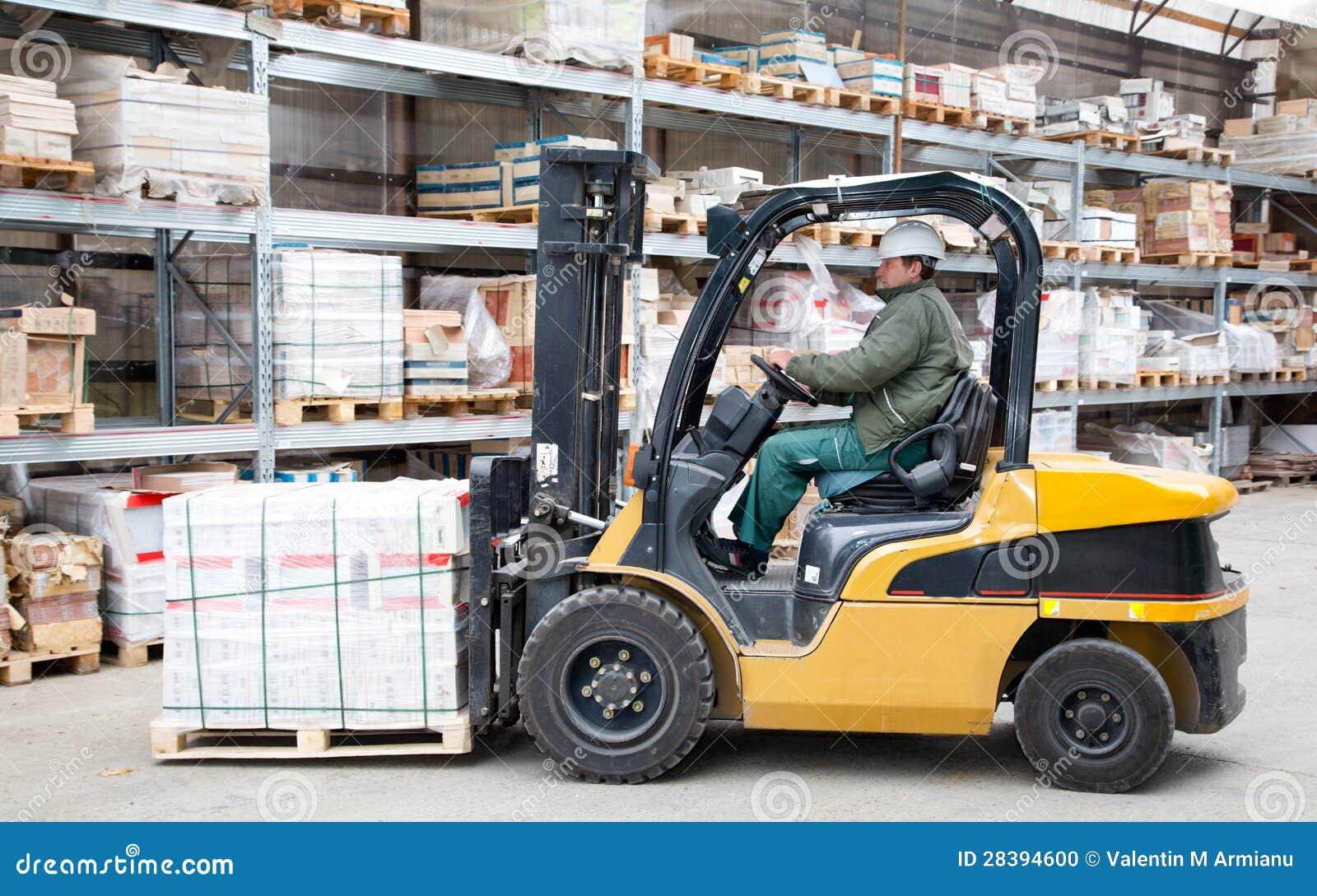 Forklift w ruchu przy magazynem
