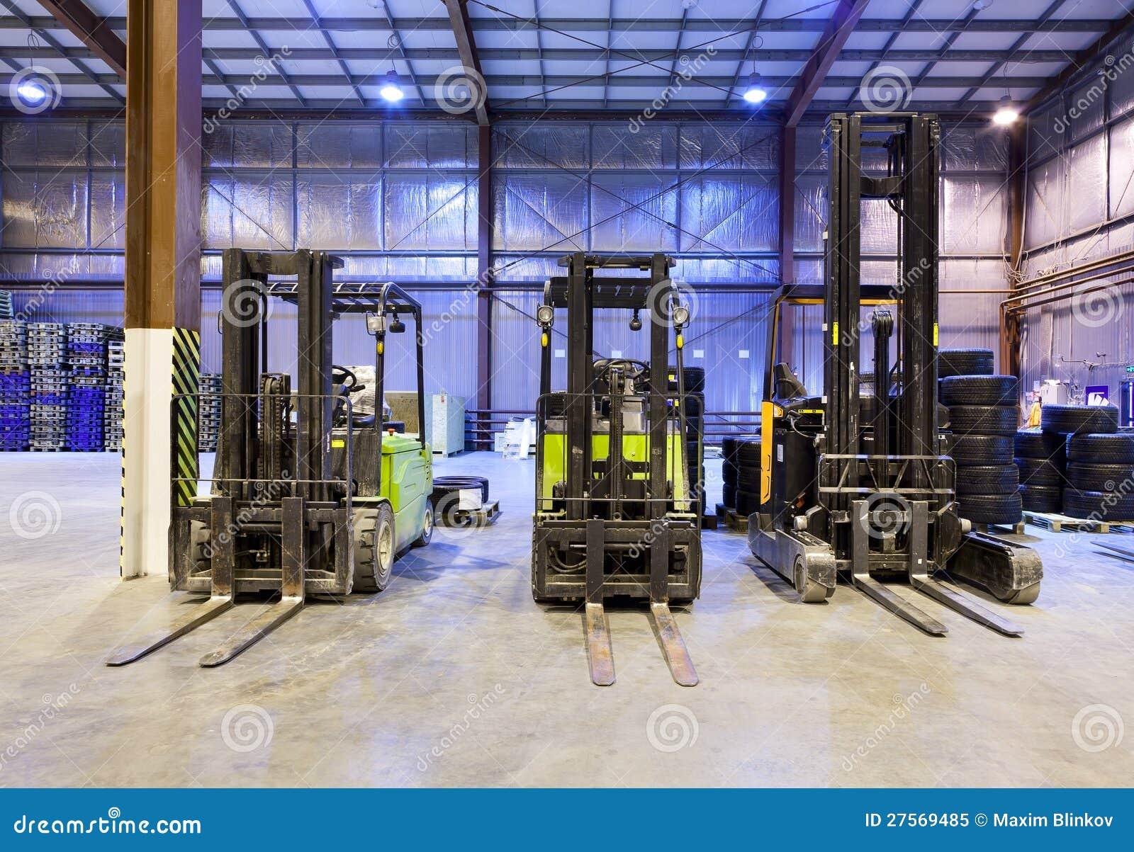 Forklifts w magazynie