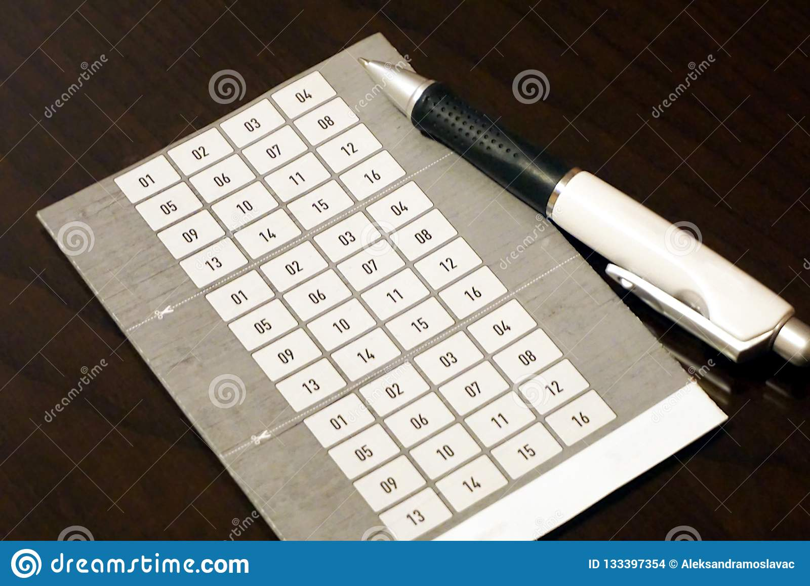 Form för pristeckningskupong med en uppsättning av nummer sexton med rullpennan