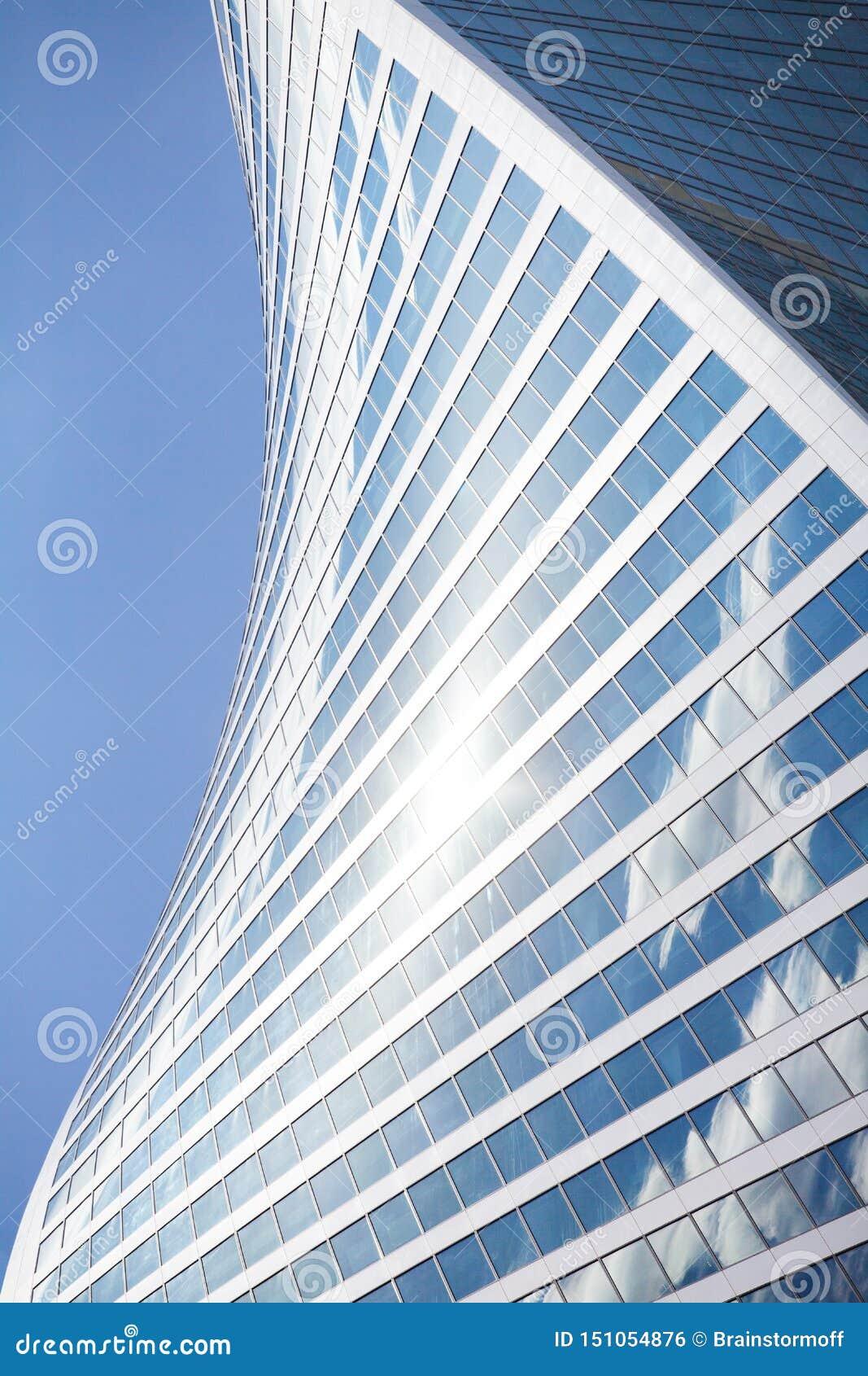 Form för vägg för skyskrapa för exponeringsglasspegel spiral på blå himmel, vit molnbakgrund, modern byggnad för affärsmitt