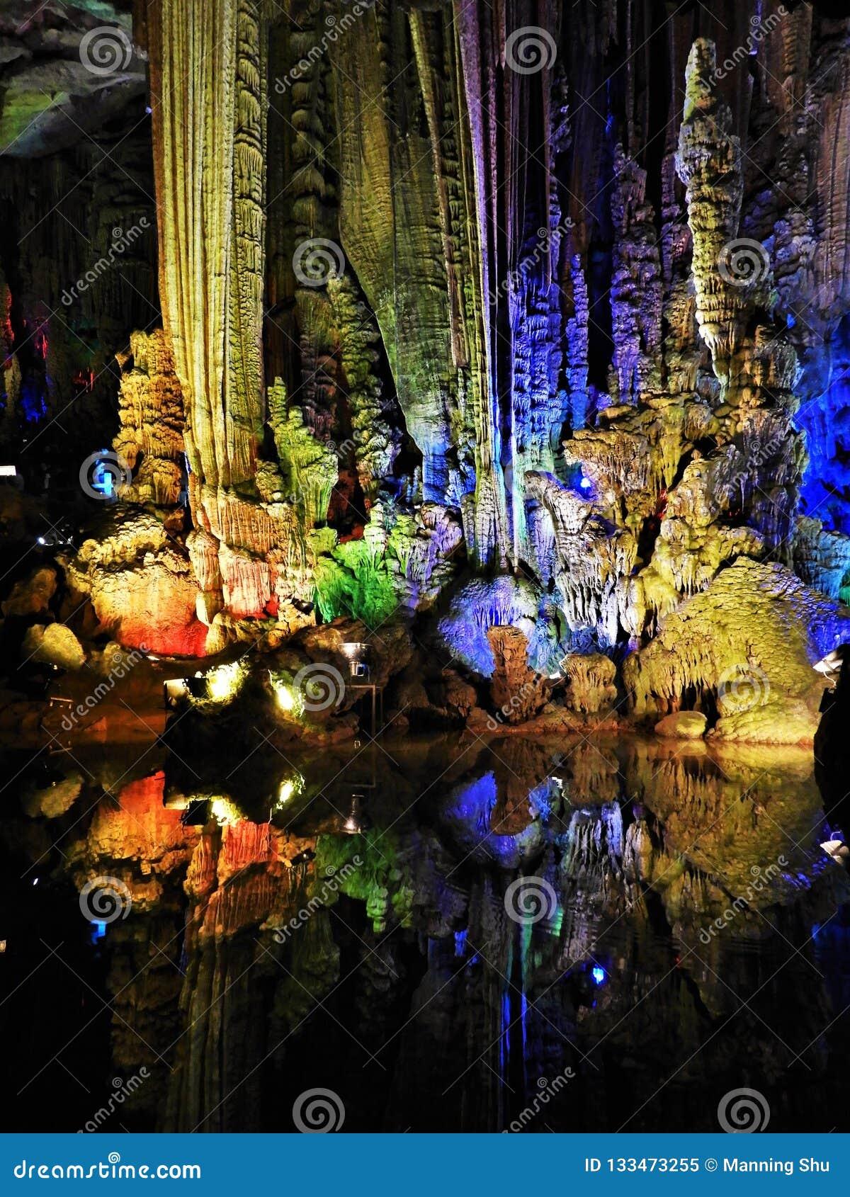 Formações de rocha coloridas na caverna de prata de Yangshuo