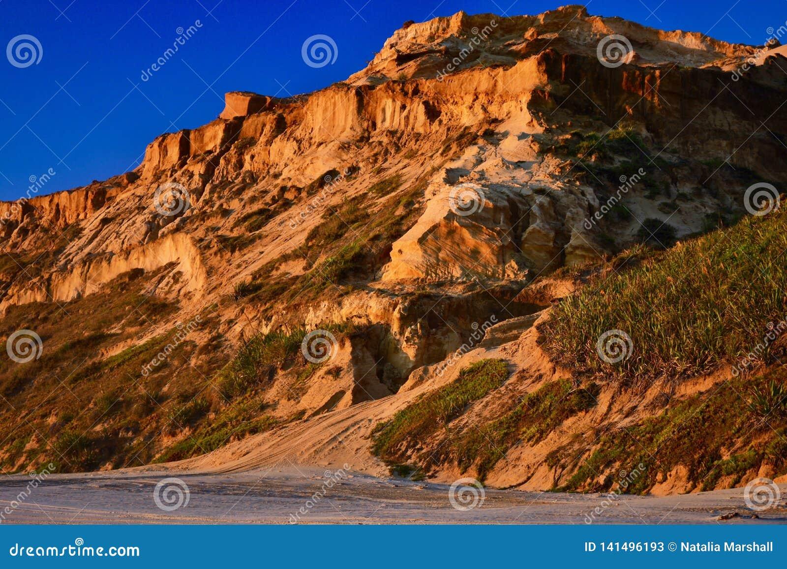 Formações naturais do arenito: formado das grões de areia cimentadas, amarelo-alaranjadas na cor, formando penhascos ásperos cont