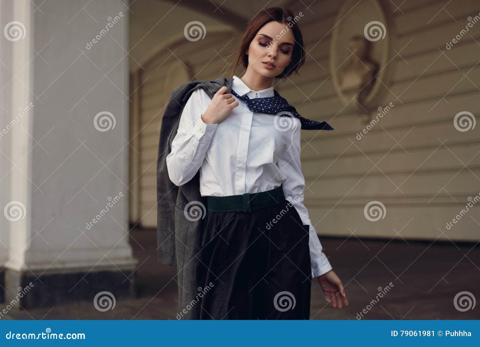 Forma da queda da mulher In Fashion Clothes modelo bonito na rua