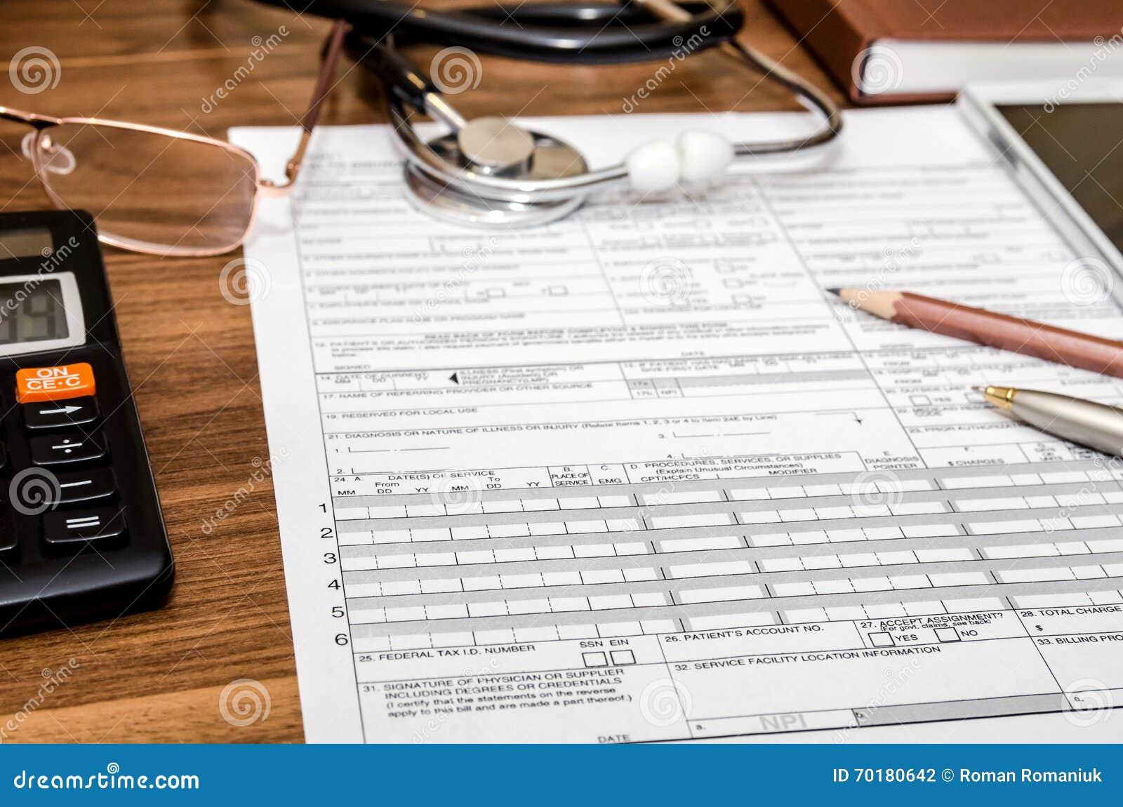 Forma de demanda del seguro médico con el estetoscopio en el tablero, jeringuilla, calculadora