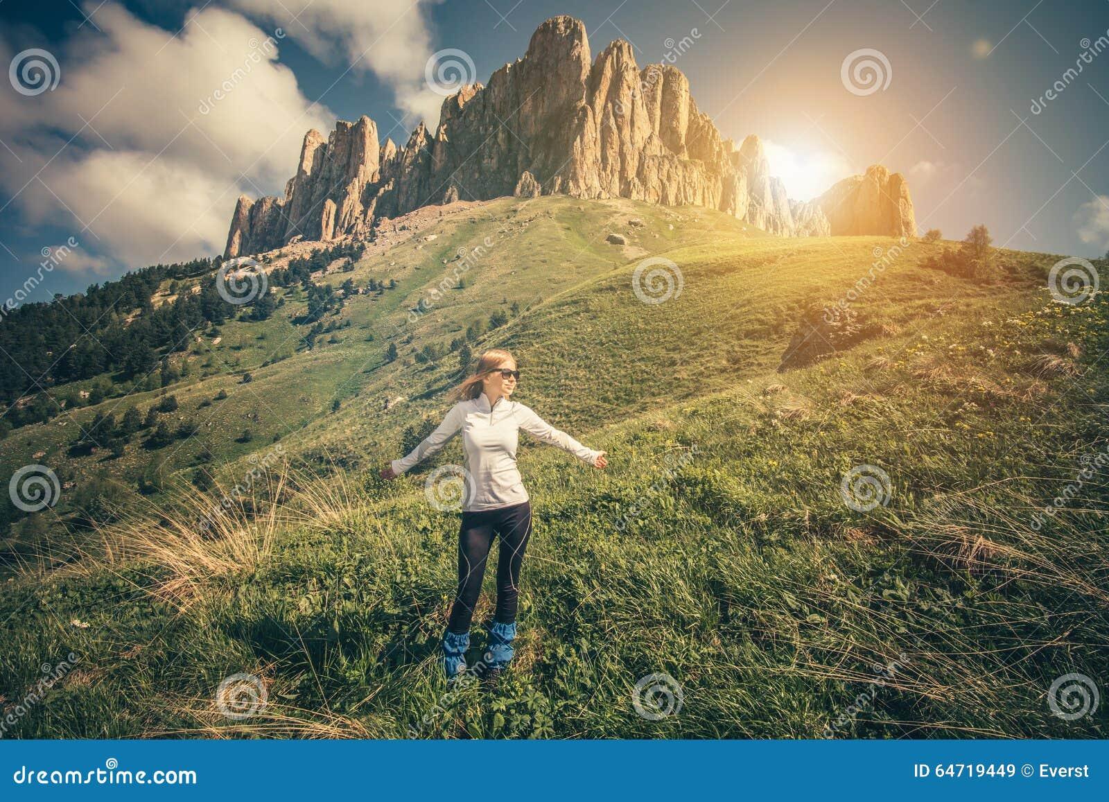Forma de vida al aire libre relajante del viaje de la mujer joven