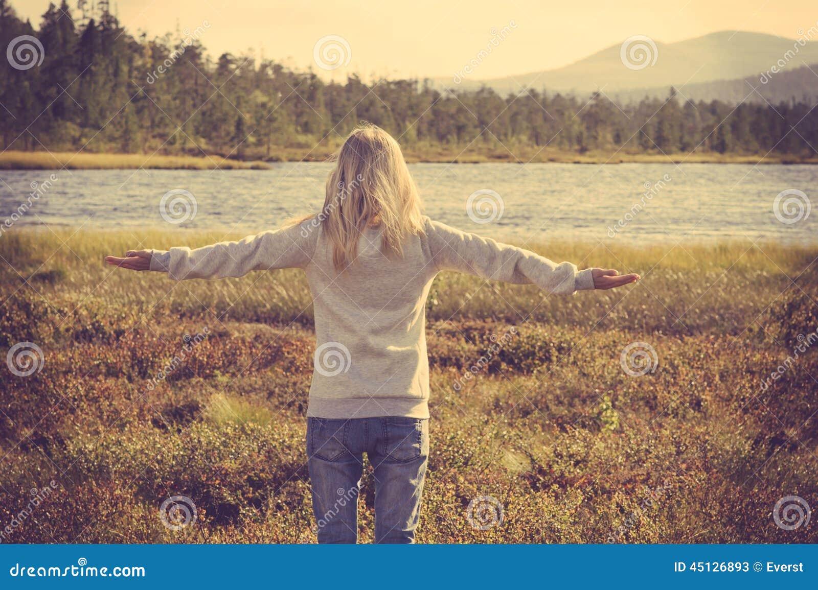 Forma de vida aumentada mano al aire libre relajante de la mujer joven