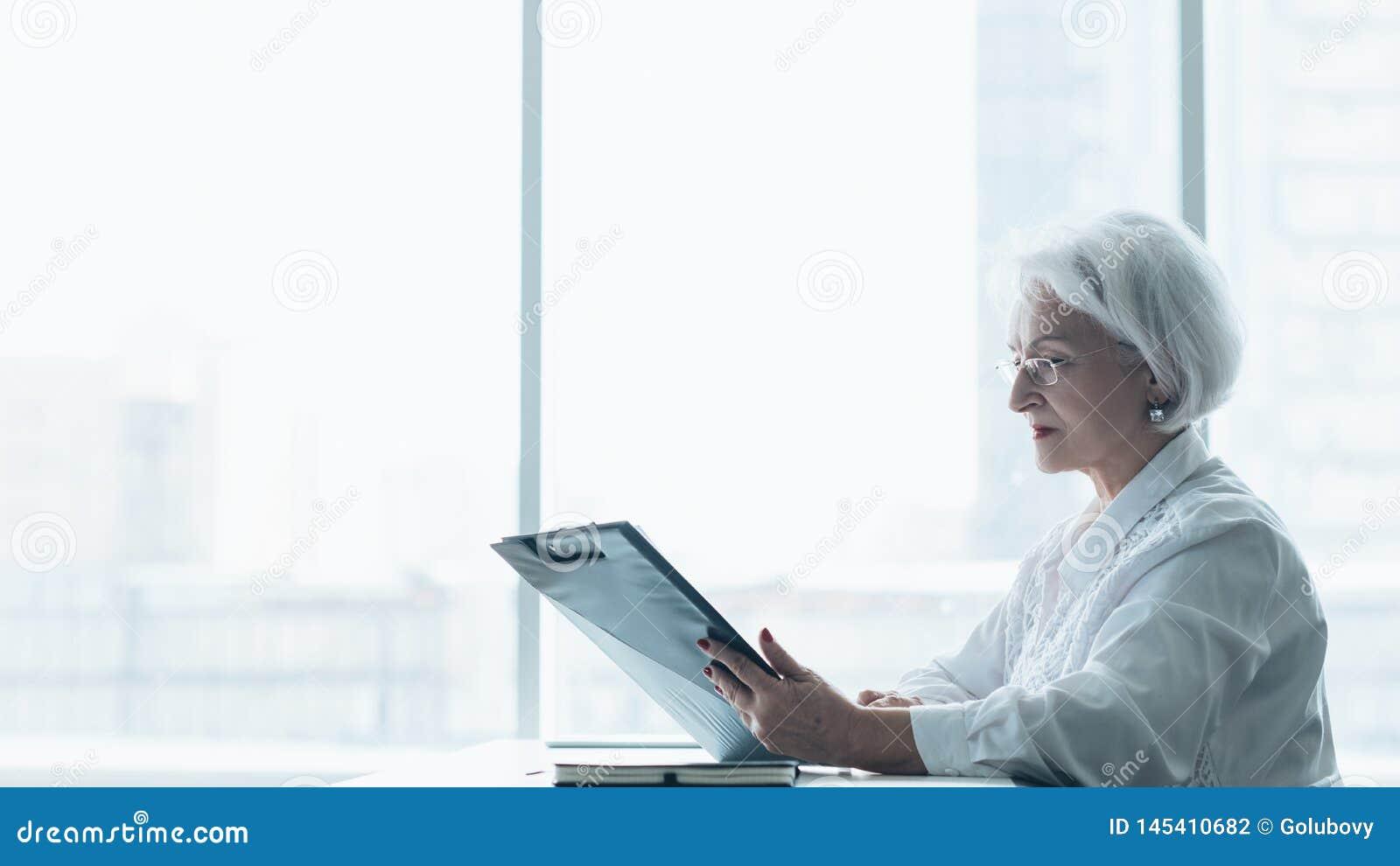 Forma de vida corporativa acertada de la mujer de negocios