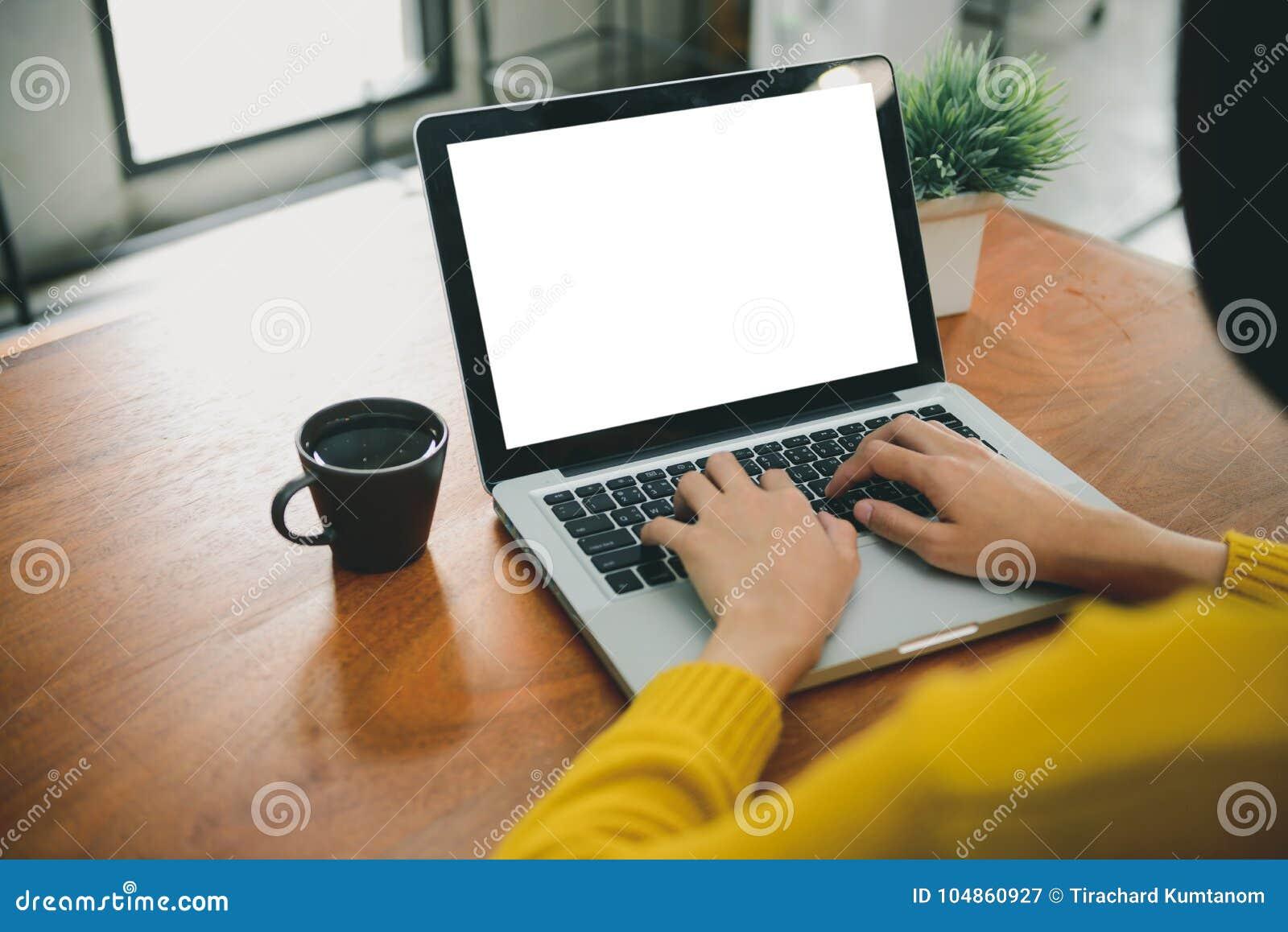 Forma de vida de Digitaces que trabaja fuera de oficina La mujer da el ordenador portátil que mecanografía con la pantalla en bla