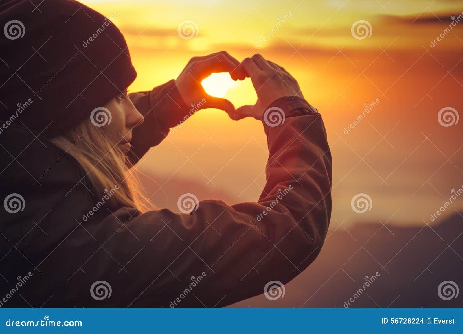 Forma de vida formada símbolo del viaje del corazón de las manos de la mujer