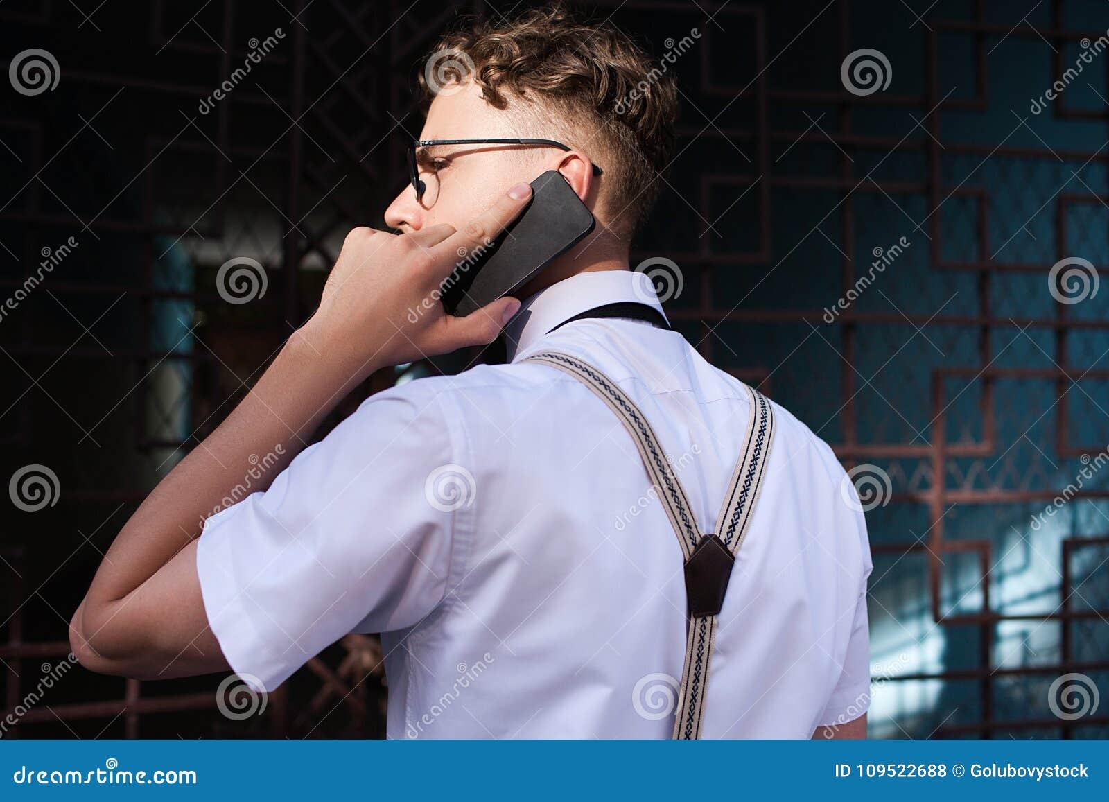 Forma de vida ocupada del teléfono del hombre de contactos comerciales que habla