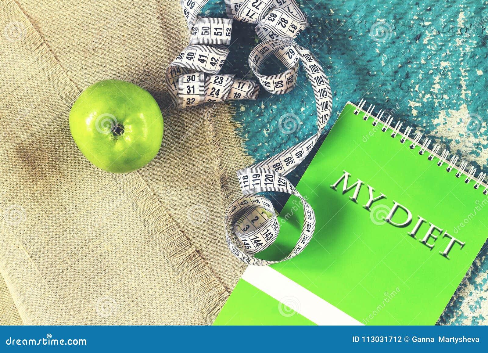 Forma de vida sana, cuaderno, manzana, cinta métrica, dieta MI MUERA