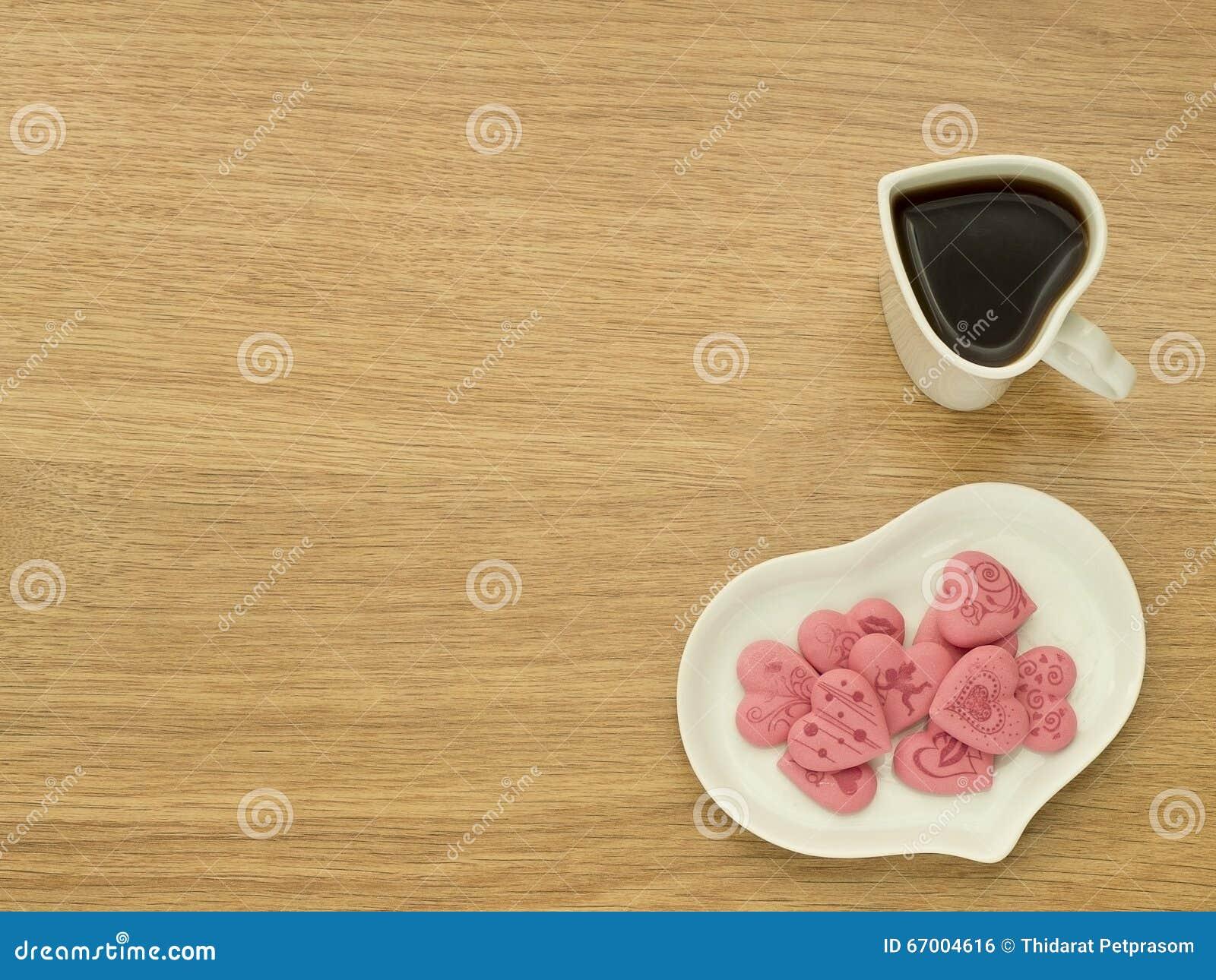 Forma del corazón de la taza con la forma del café y del corazón de la placa con los amores rosados en la placa blanca Taza de ca