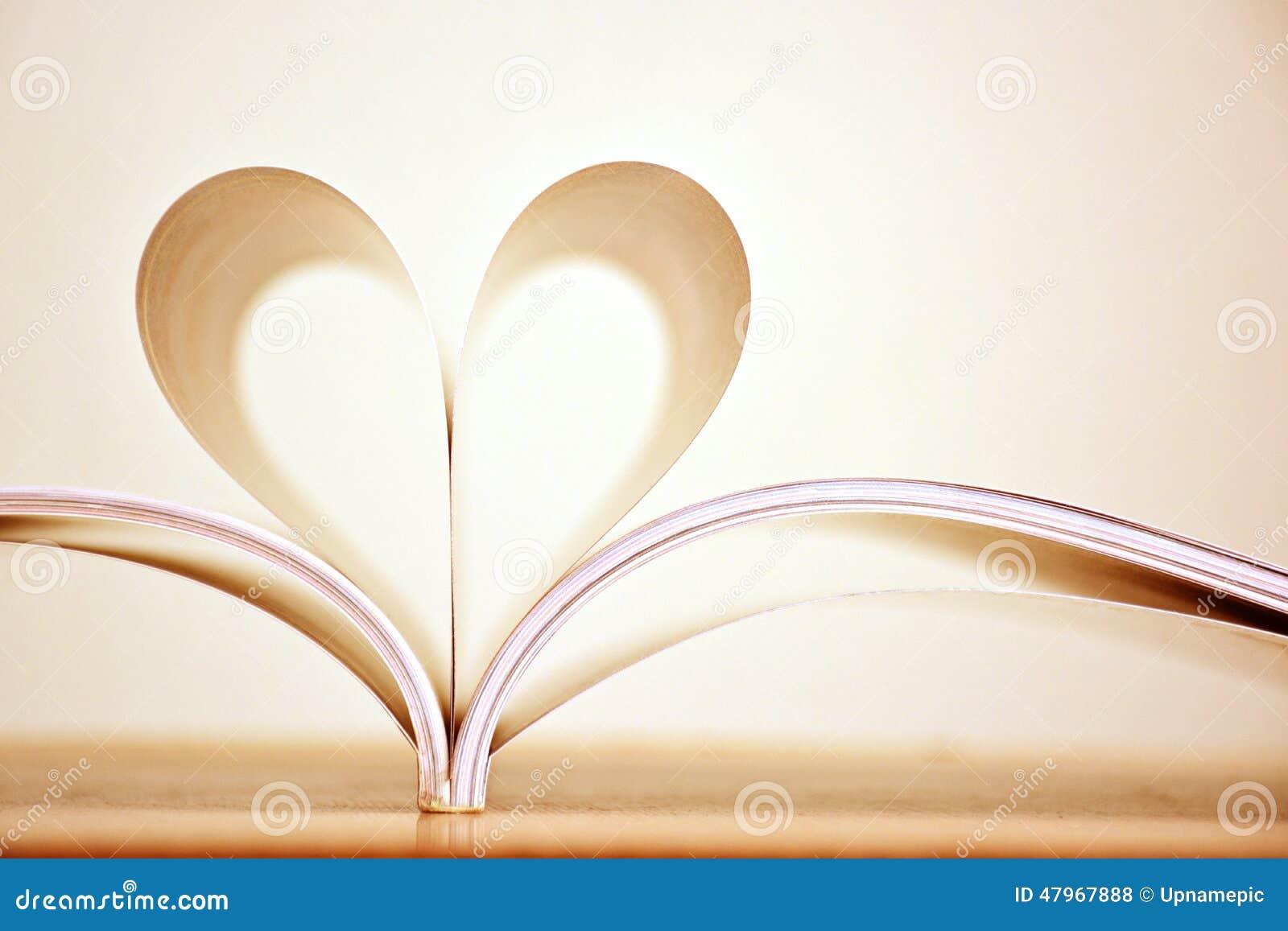 Forma Del Corazón Del Color De La Sepia De Las Páginas Del Libro ...