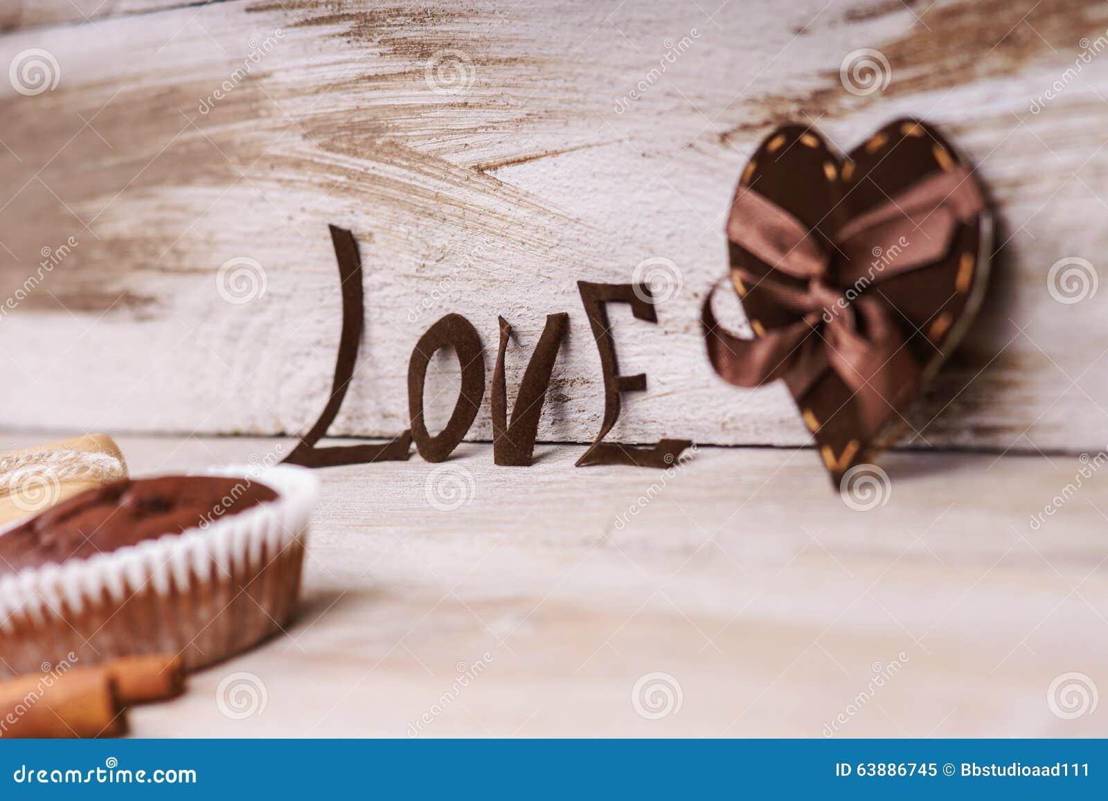 Forma del cuore, amore di parola e muffin del cioccolato
