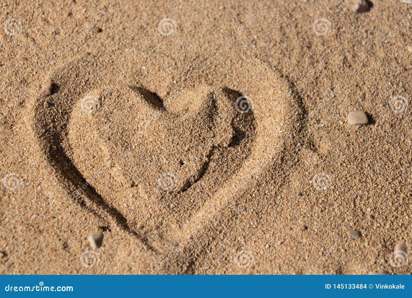 Forma del cuore nella sabbia