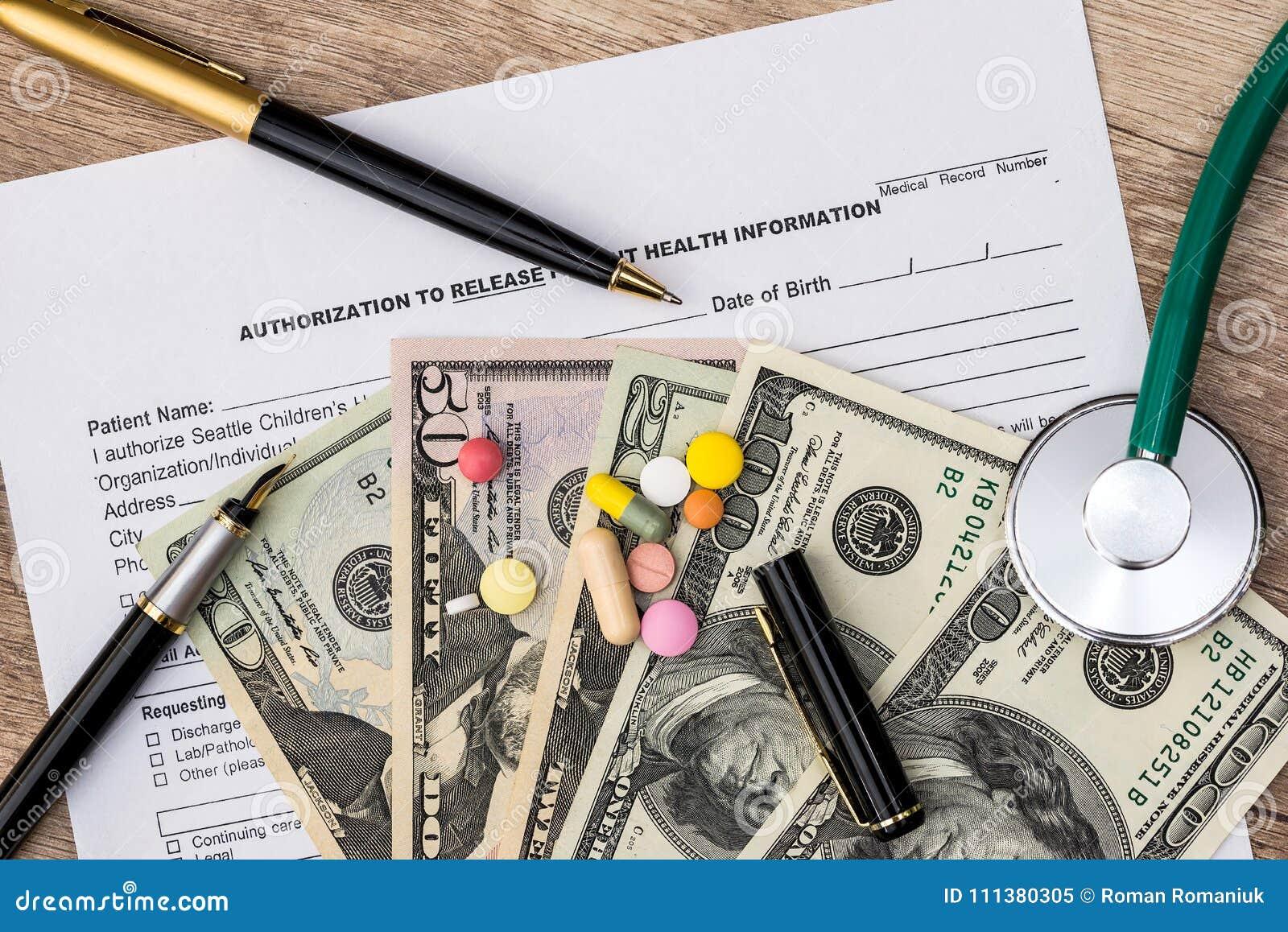 Forma del seguro médico con el estetoscopio, píldoras