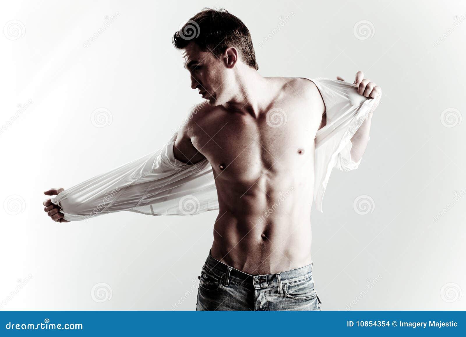 Forma disparada do modelo masculino novo