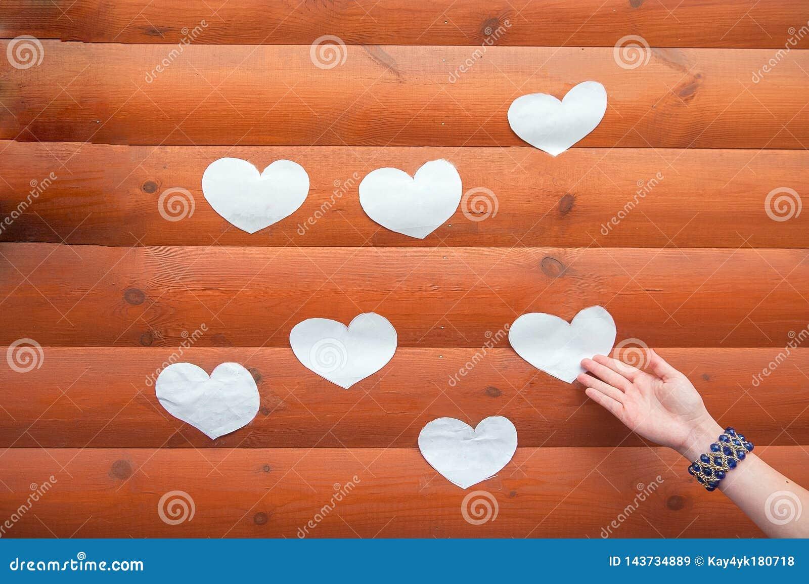 Forma do cora??o da ?rvore natural Forma bonita do cora??o de cor pequenos de madeira na tabela de madeira r?stica Conceito do te