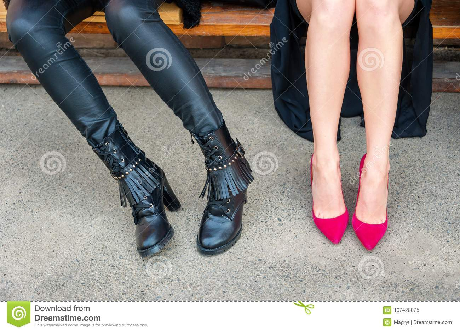 3eb11e26a Forma dos calçados, estilo Pés da mulher em sapatas diferentes do estilo no  fundo concreto
