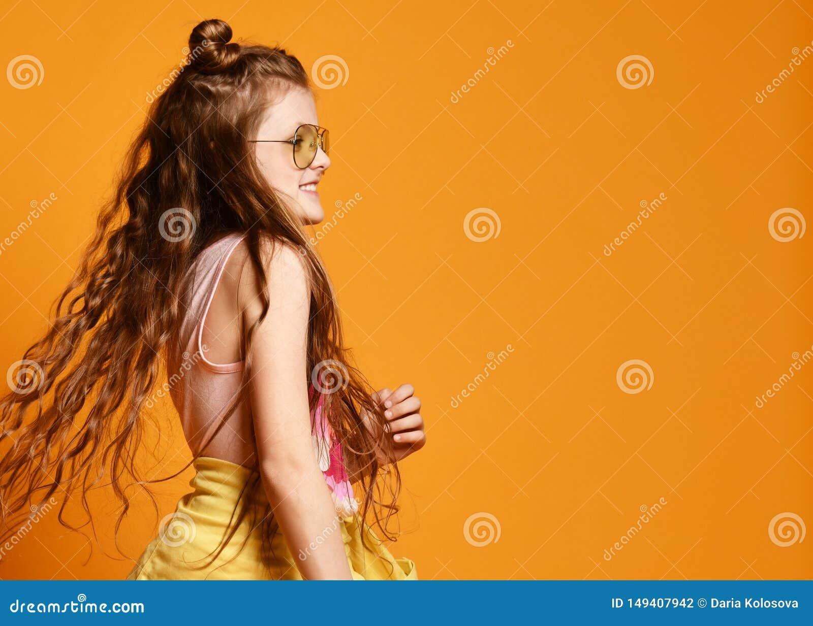 Forma e conceito dos povos: menina ? moda na roupa ocasional, levantando