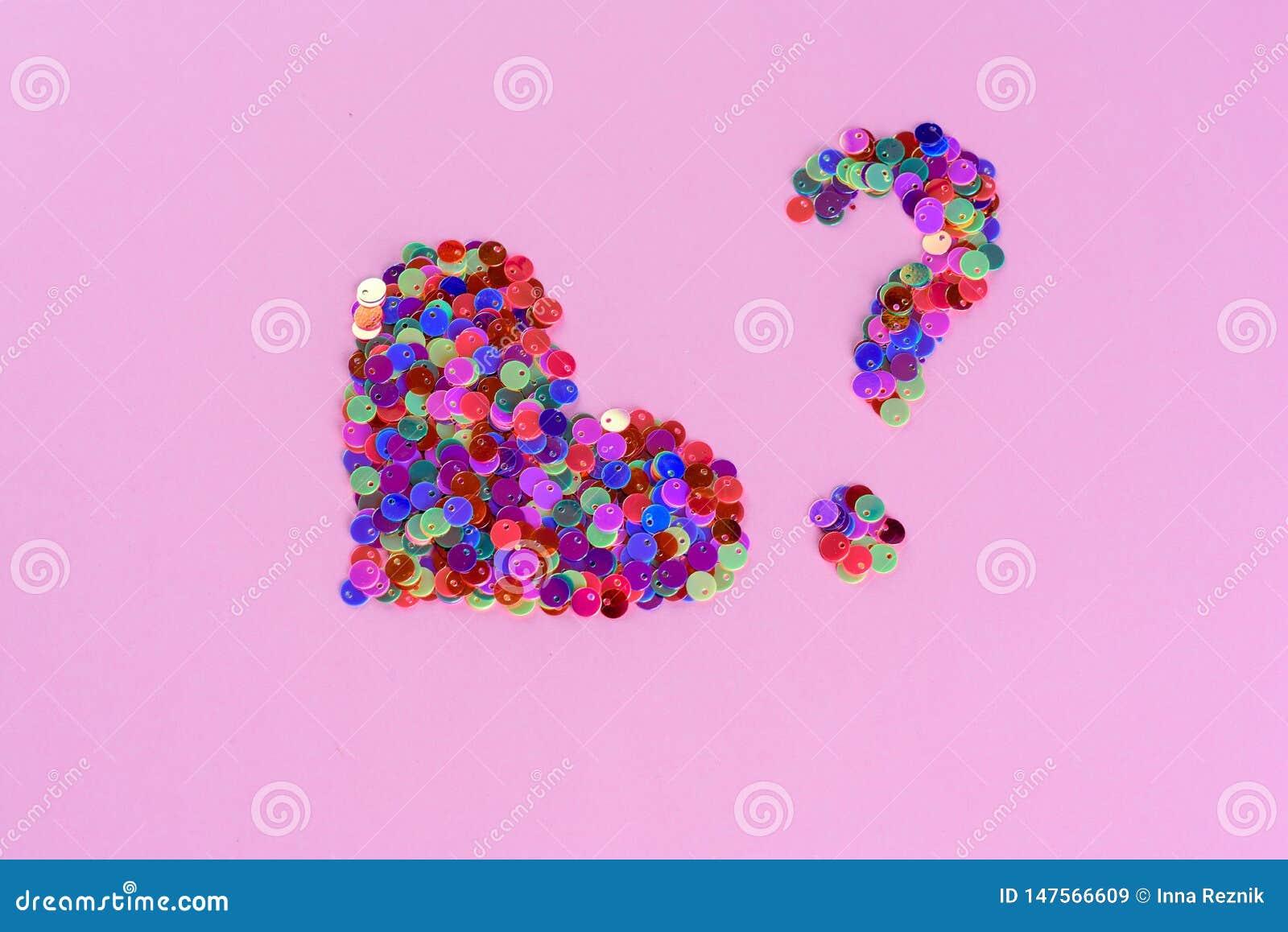 Forma e ponto de interrogação holográficos do coração dos brilhos das lantejoulas Amor e cora??o Copie o espa?o