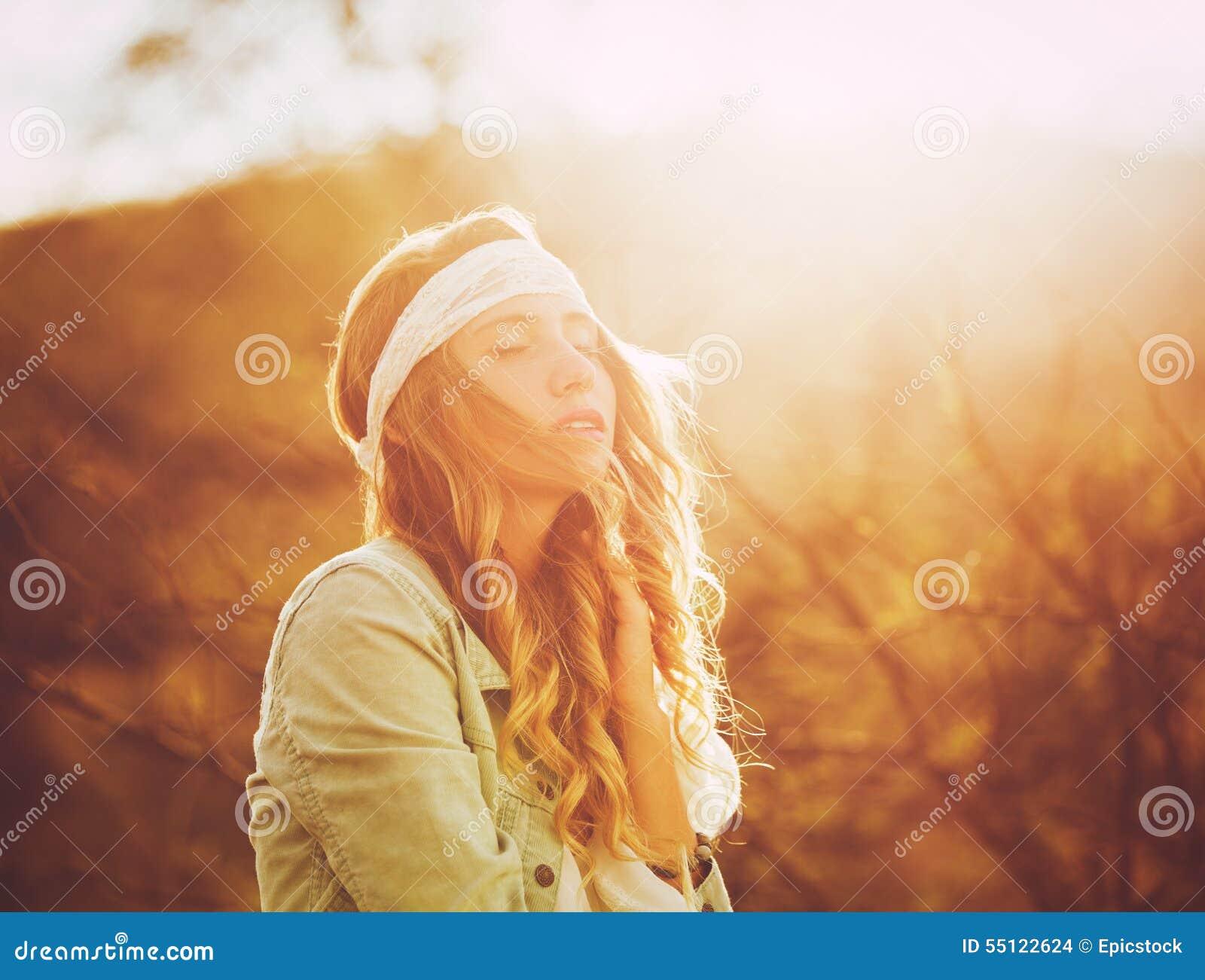 Forma, jovem mulher fora no por do sol