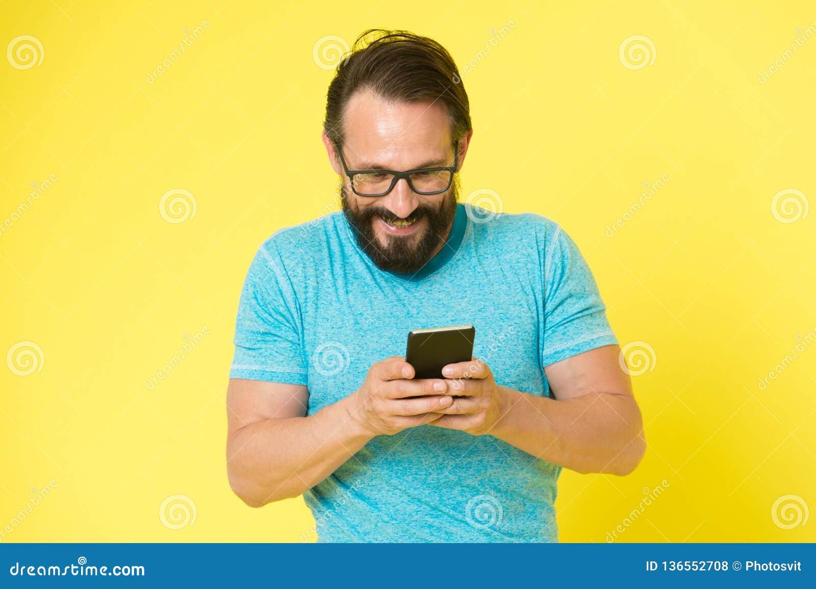 Forma masculina Moderno caucasiano brutal com bigode Moderno maduro com barba Cuidado facial Homem farpado chatting