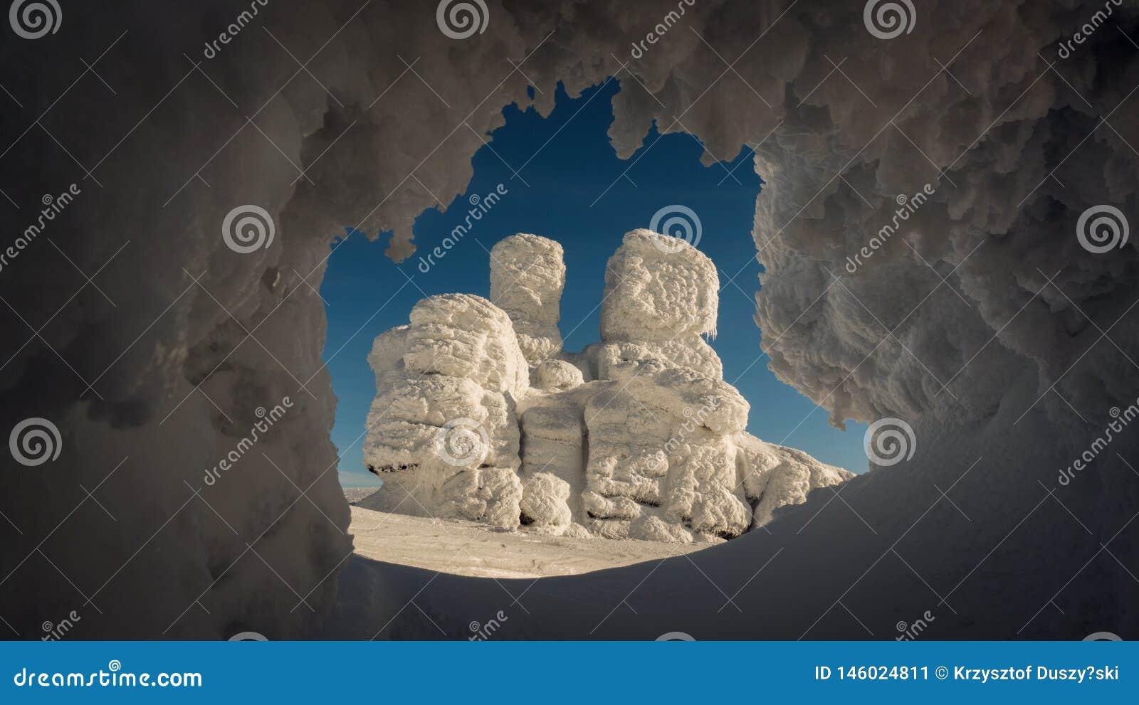 Formación de roca interesante en invierno