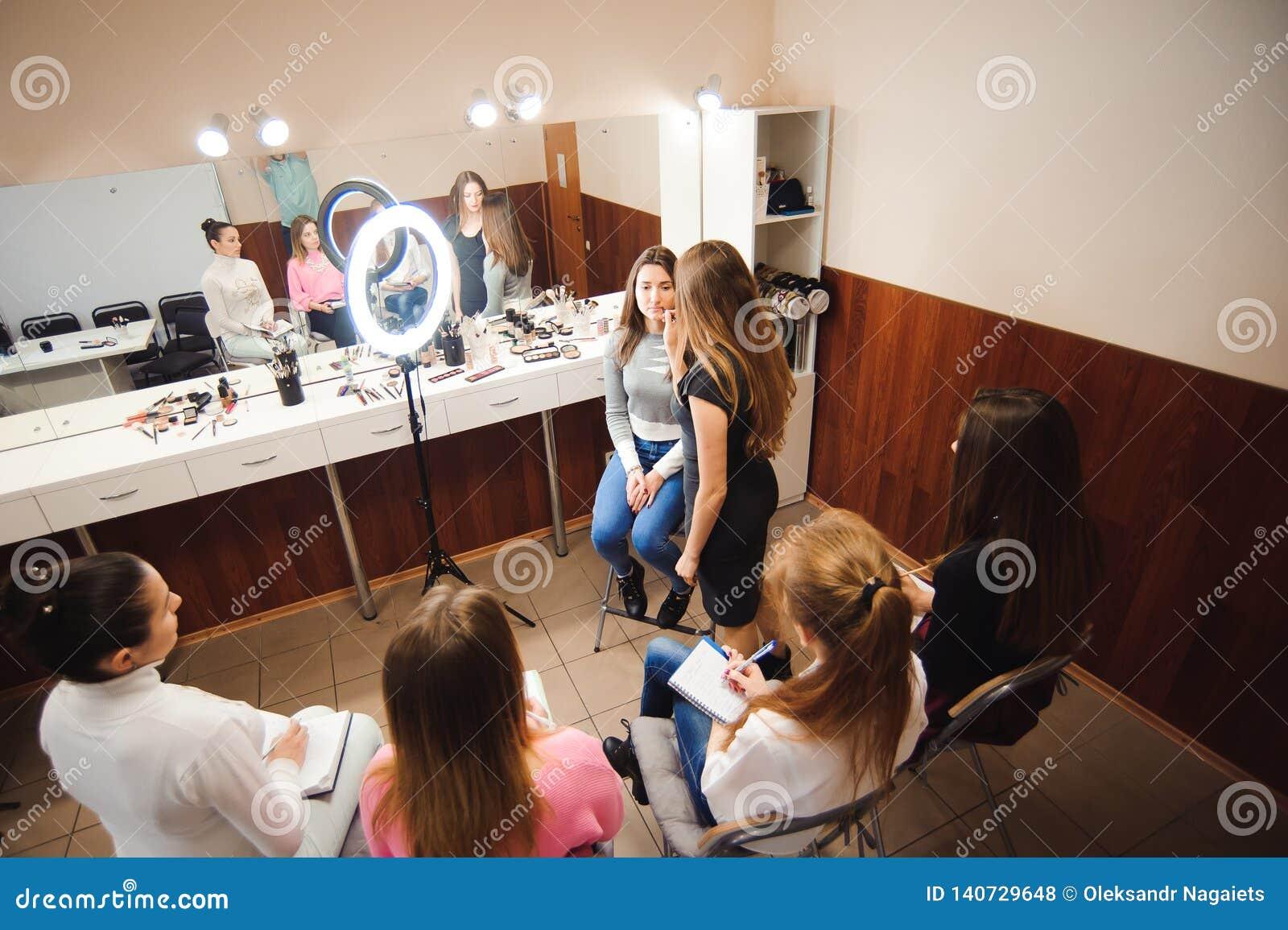 Formación del profesorado profesional del maquillaje su muchacha del estudiante a hacer lección preceptoral de Makeup del artista