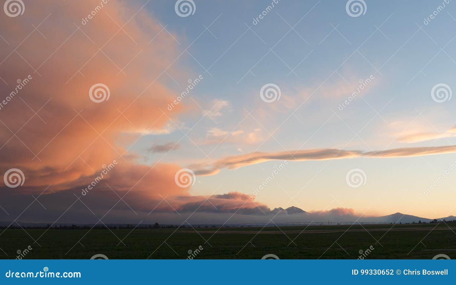 Formación dramática de la nube de tormenta del cielo en la puesta del sol de la oscuridad
