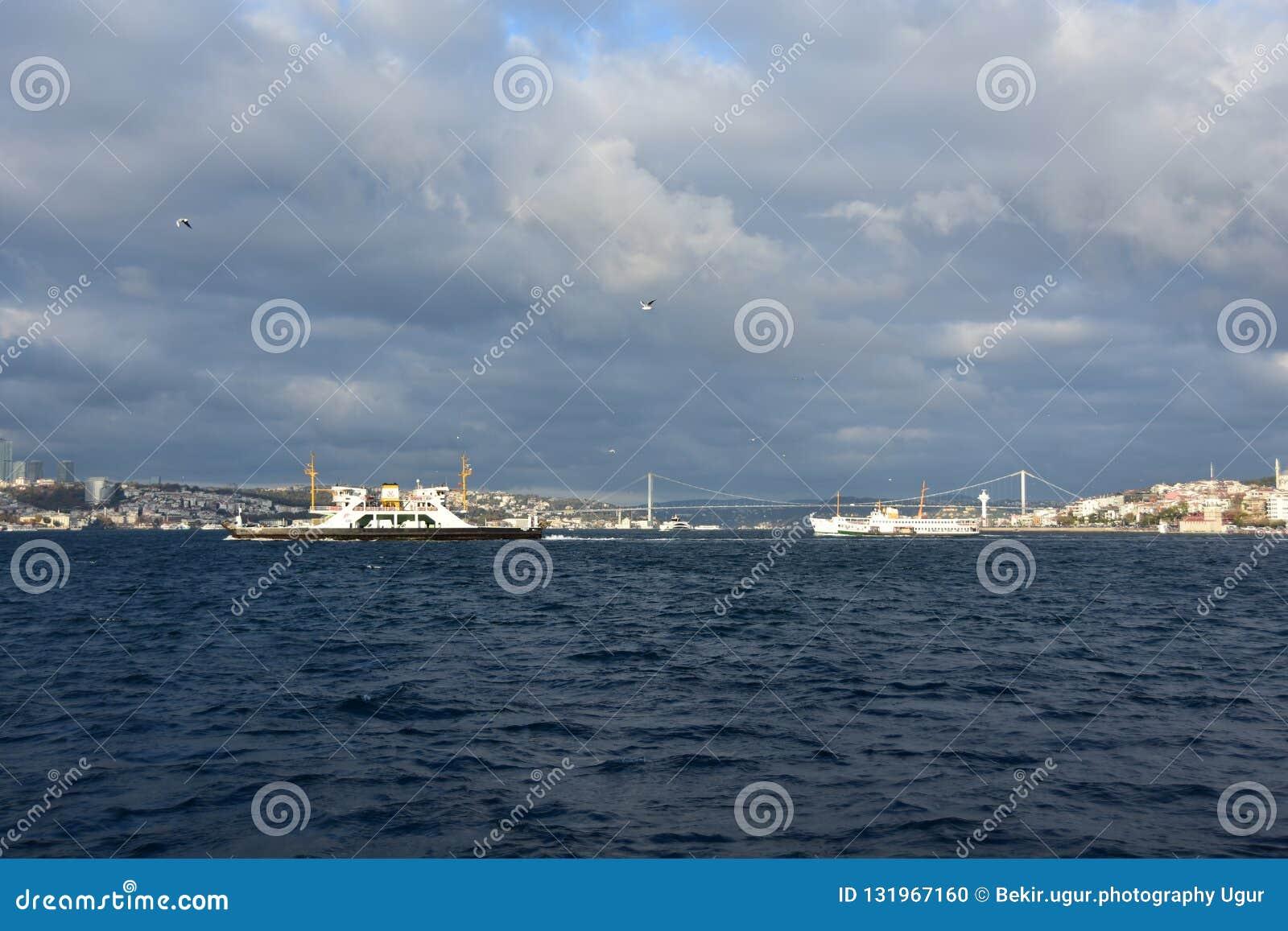 Formación dramática sobre el mar azul, Ä°stanbul de la nube