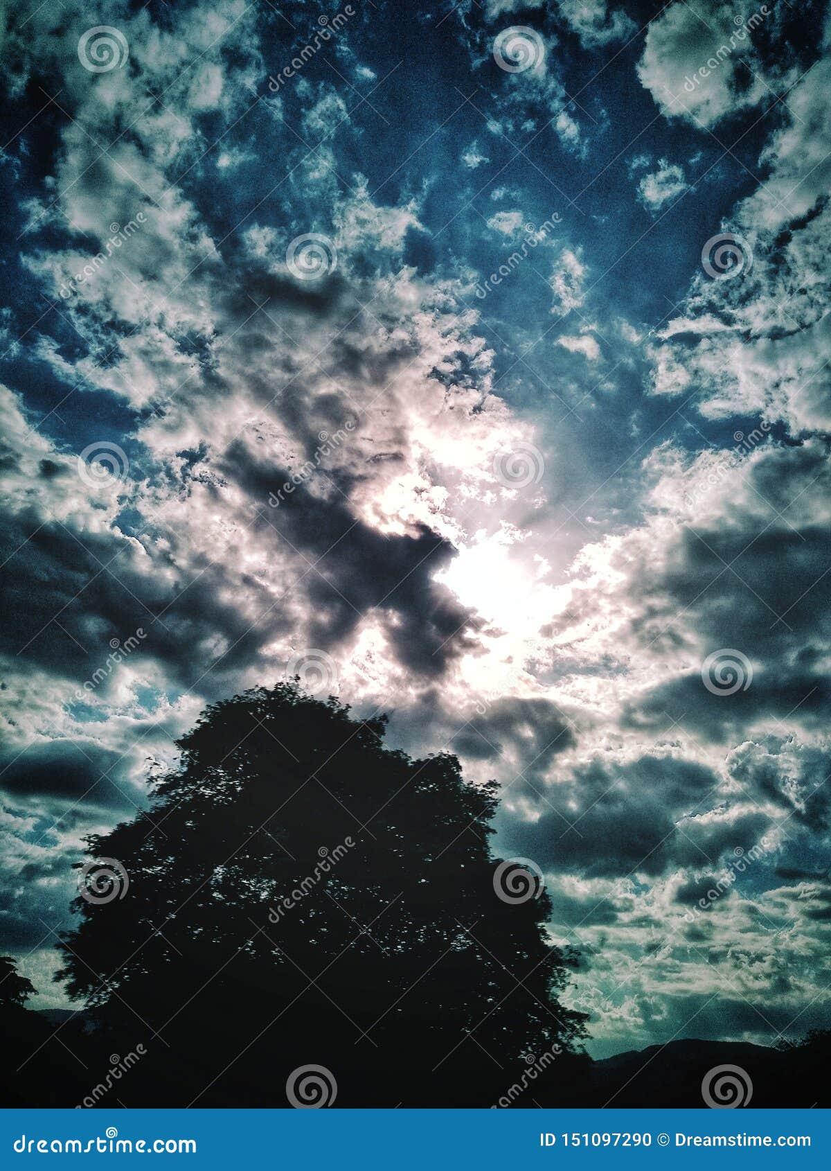 Formación hermosa del cielo azul y de las nubes