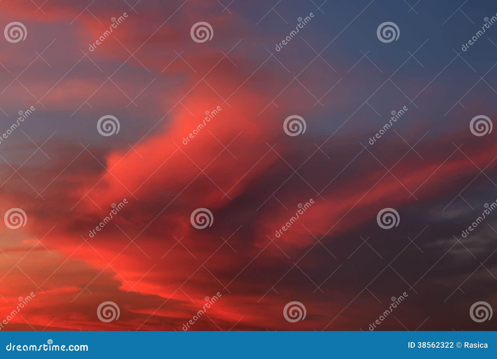 Formación suave y mullida de la nube en la salida del sol