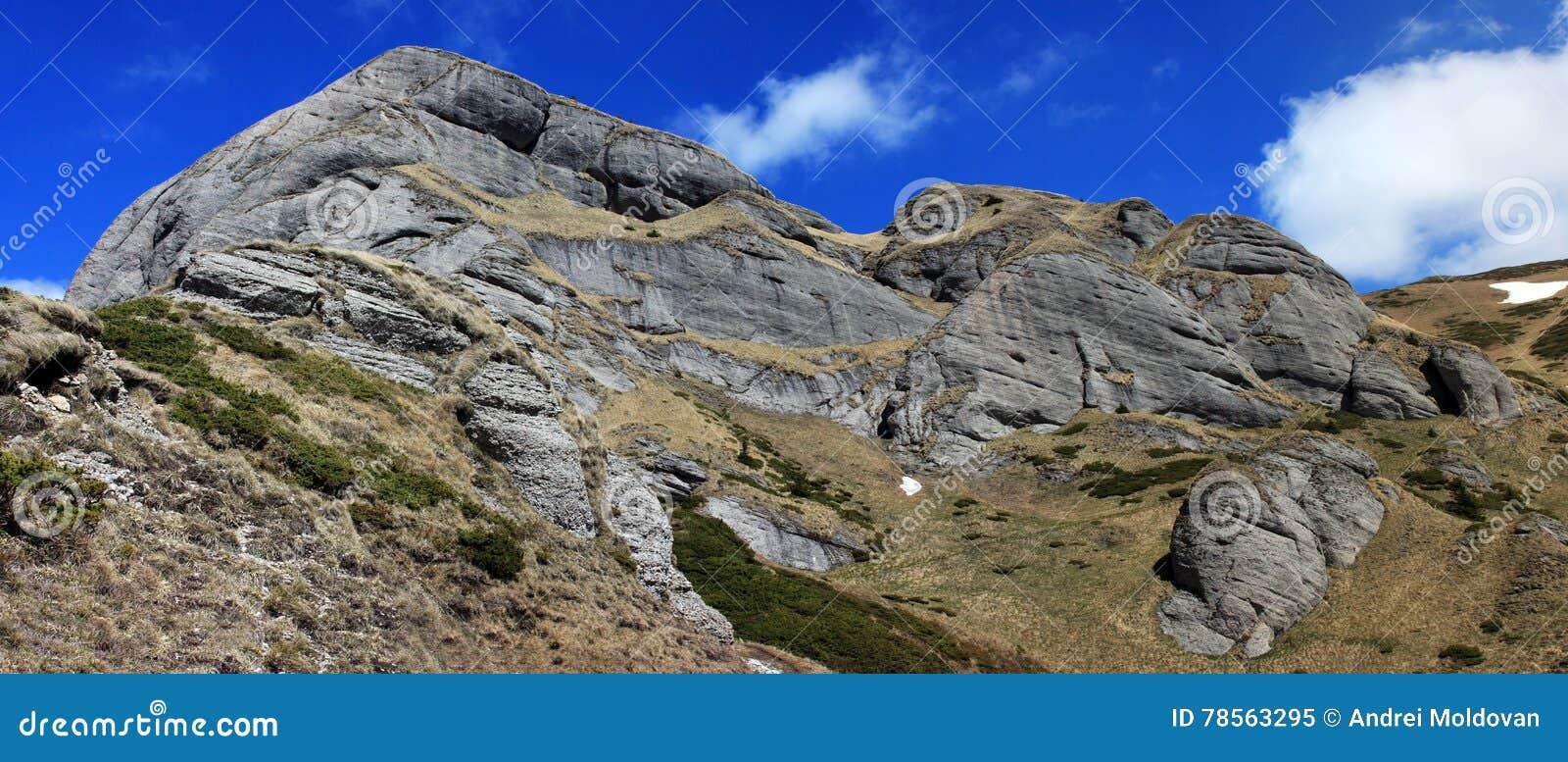Formaciones de roca hermosas en las montañas de Ciucas