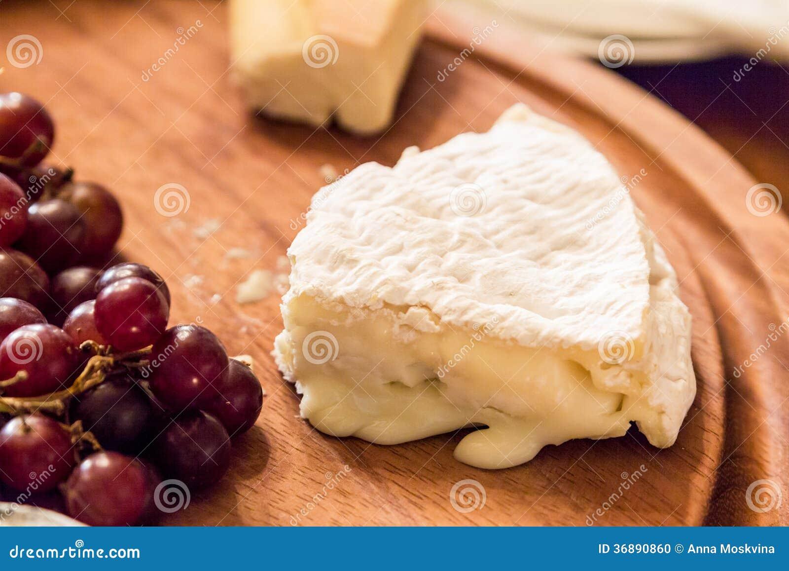 Download Formaggio Sul Piatto Di Legno Con L'uva Fotografia Stock - Immagine di formaggio, disco: 36890860