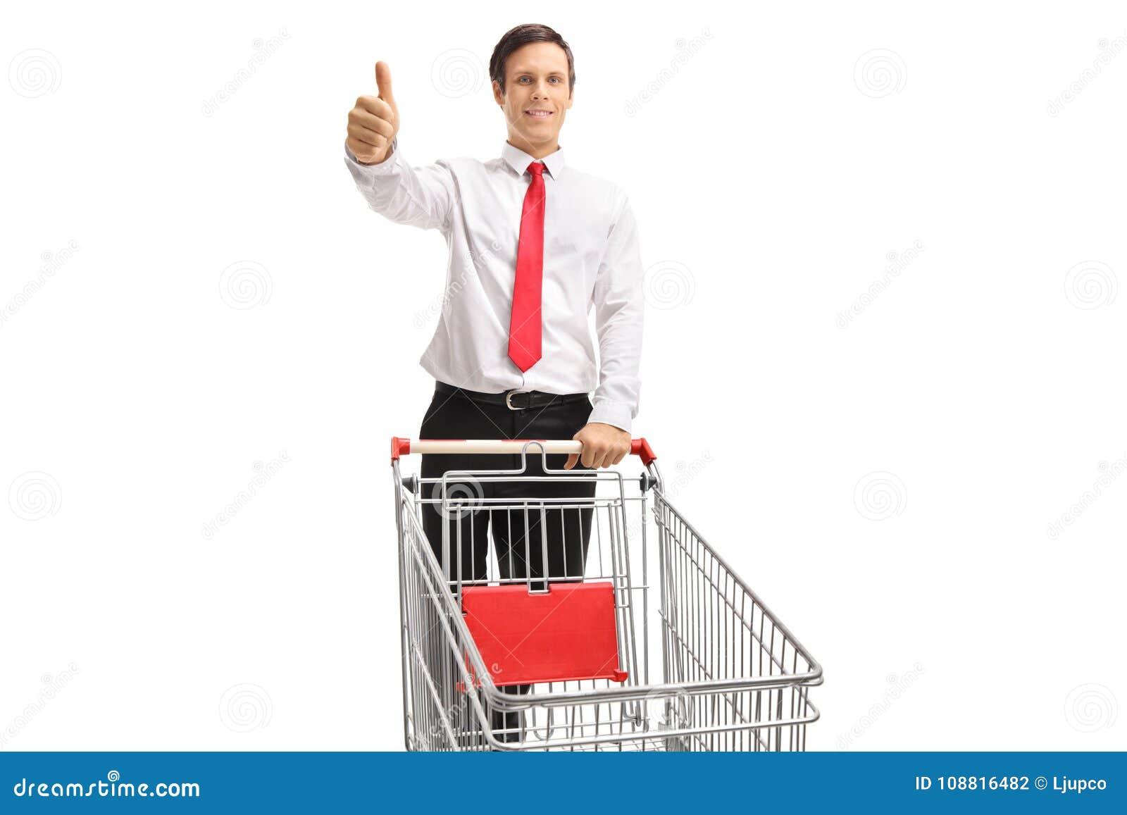 Formal gekleideter Mann mit einem leeren Warenkorb, der einen Daumen herstellt