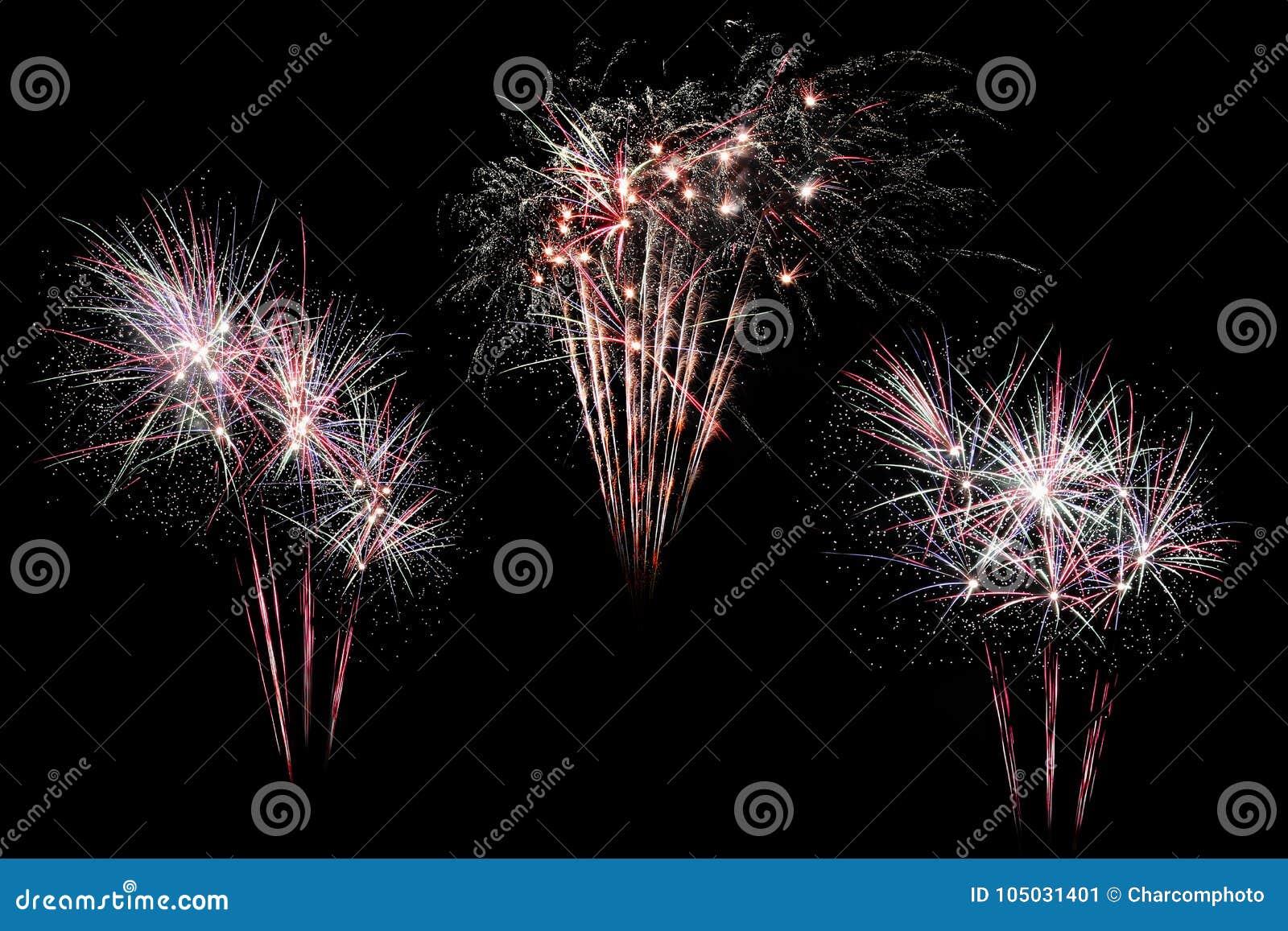 Formar färgrik skärm för festliga fyrverkerier som isoleras, i bristning, på svart bakgrund Härligt ljus för beröm Visa explosioe