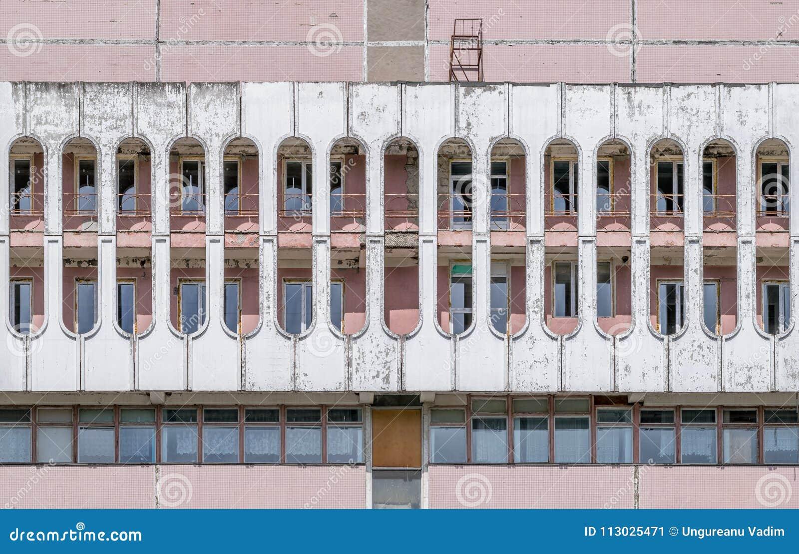 Formas del cilindro de un edificio soviético de la era en ladrillo del blanco del red&