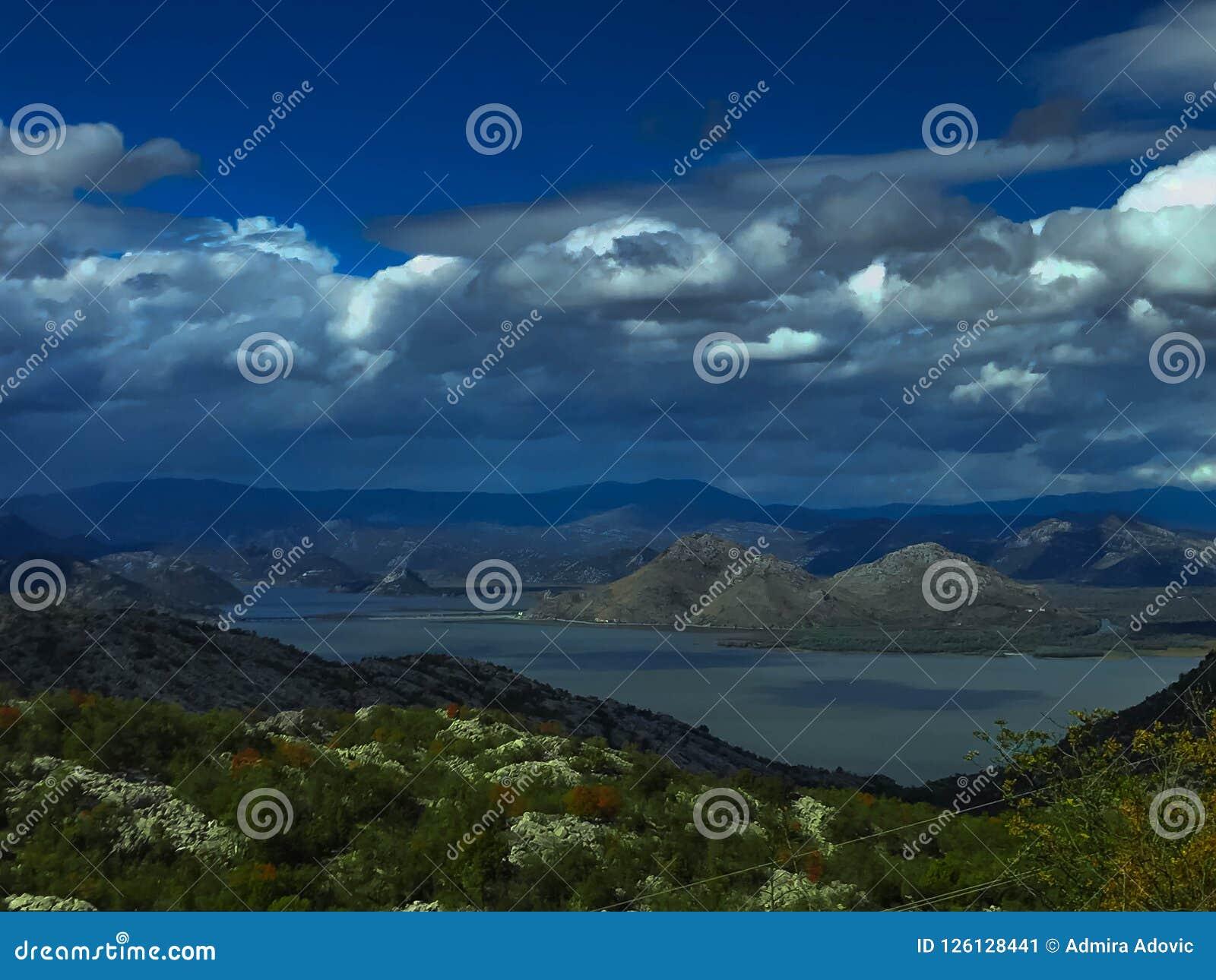 Formas diferentes da montanha sobre o lago Skadar
