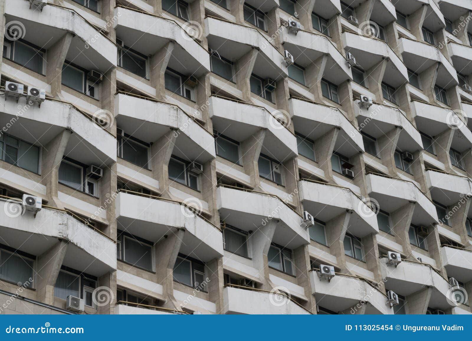 Formas geométricas en un edificio soviético en Chisinau