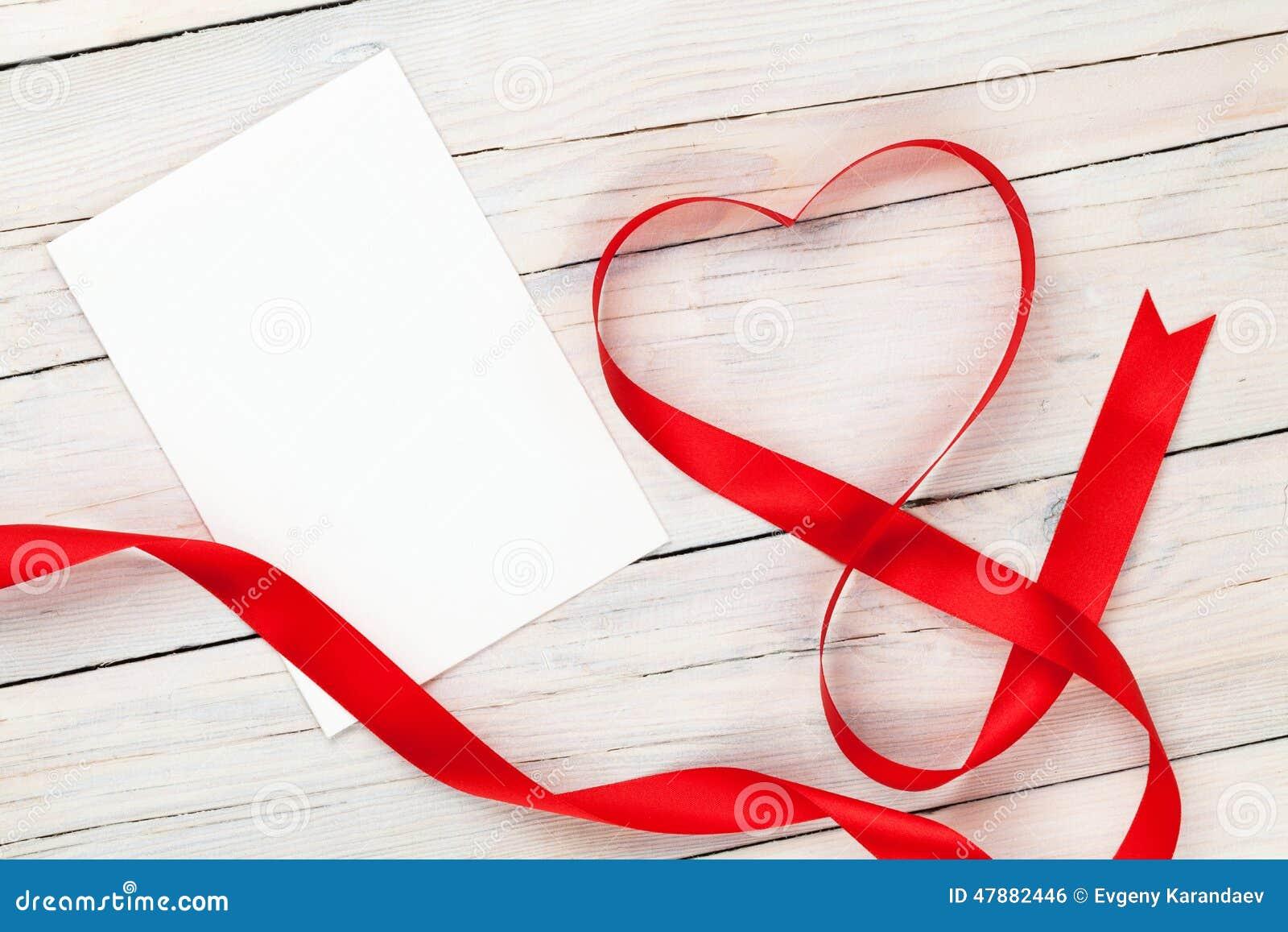 Format rött band för valentindag hjärta och mellanrumshälsningkort