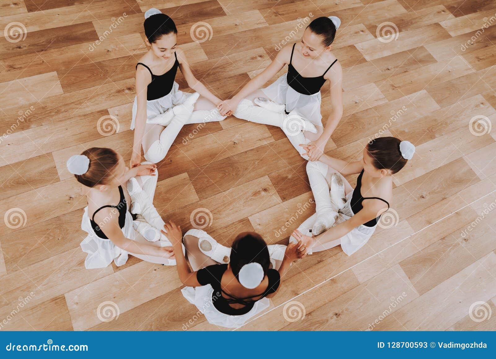Formation de ballet du groupe de jeunes filles sur le plancher